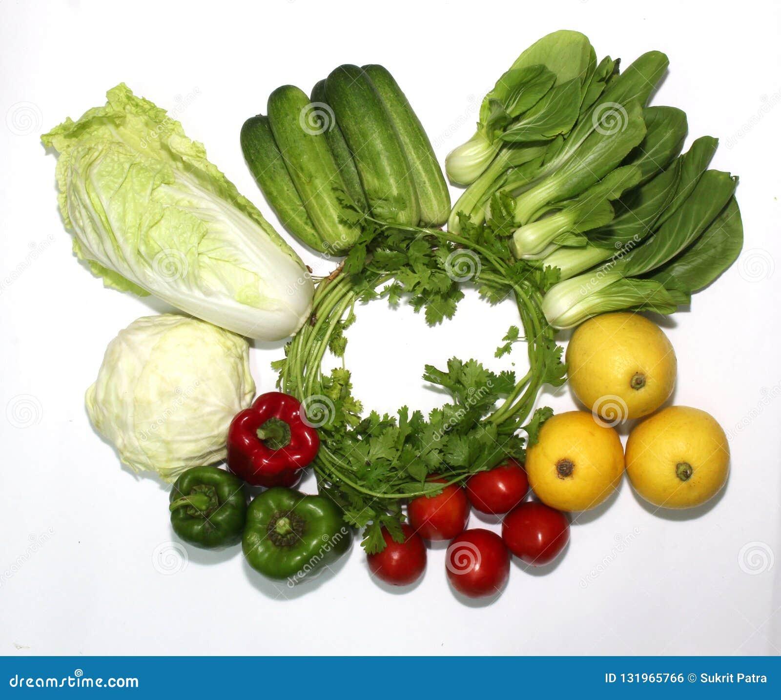 Geïllustreerde verscheidenheid van groenten op een witte achtergrond en een mooie spar,