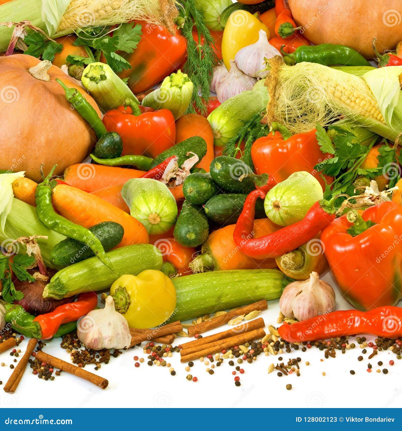Geïsoleerd beeld van vele rijpe groenten, kruiden en kruidenclose-up
