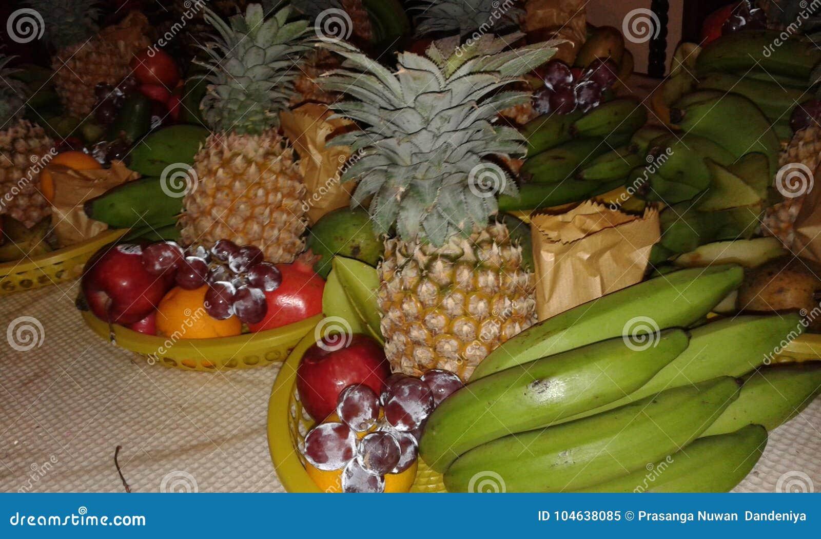 Download Geïsoleerd Op Witte Achtergrond Stock Afbeelding - Afbeelding bestaande uit vruchten, mand: 104638085