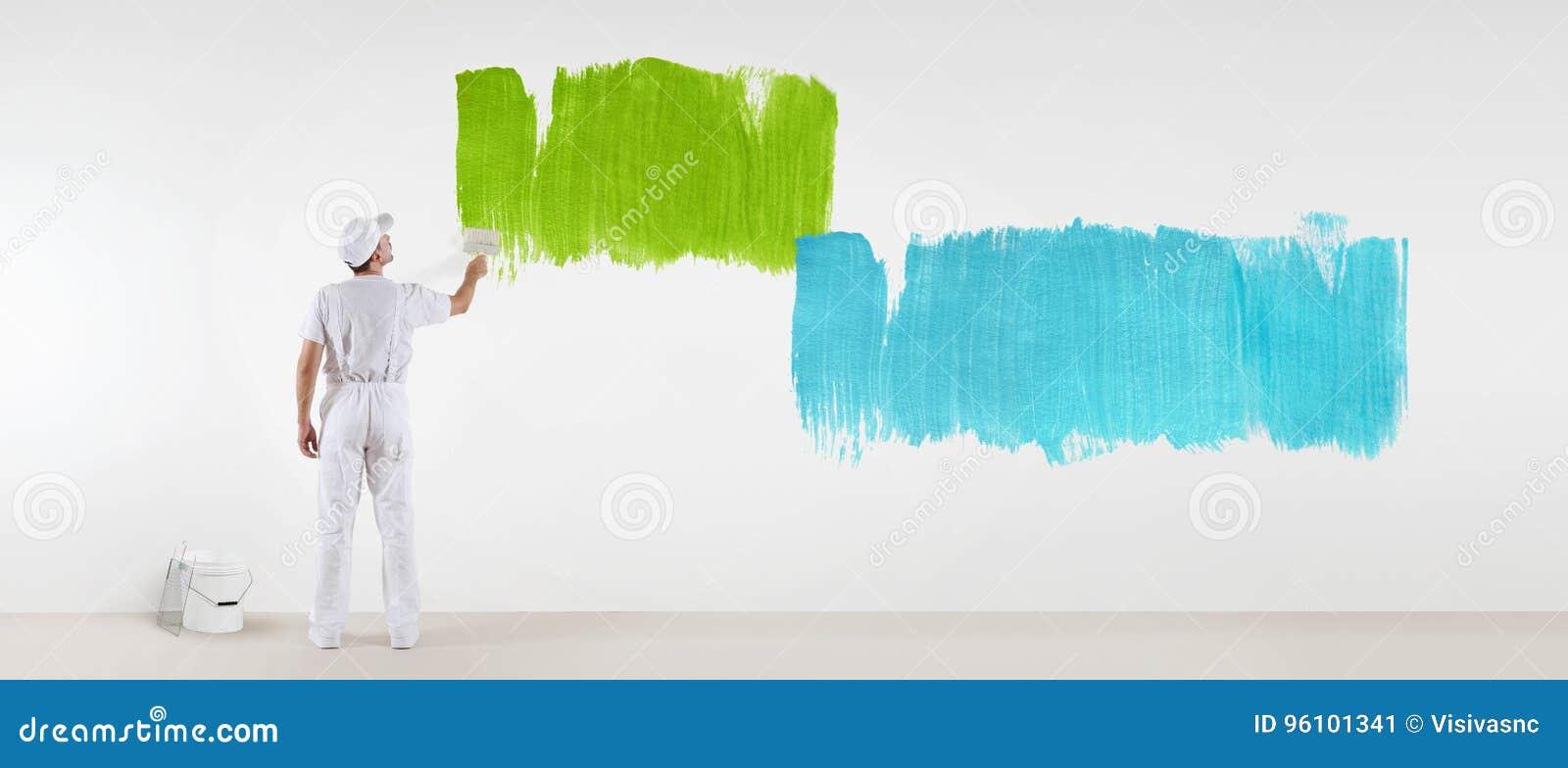 Geïsoleerde schildersmens met verfborstel het schilderen kleurensteekproeven,