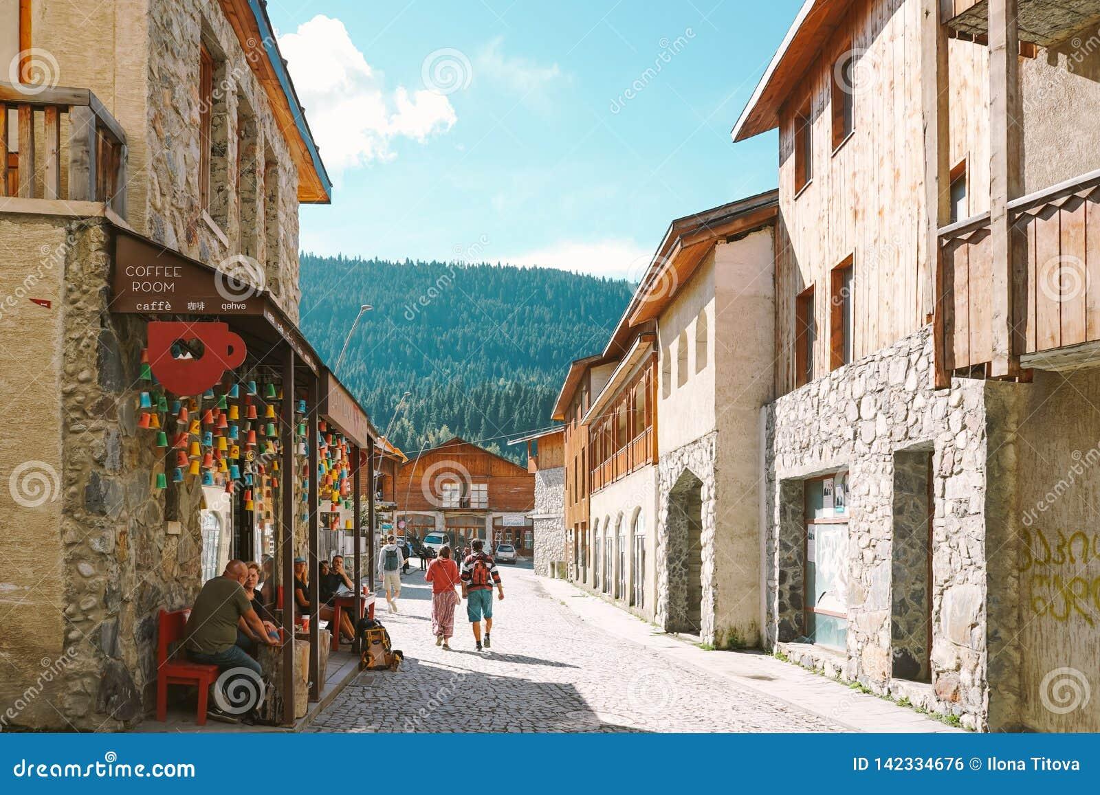 Geórgia, Svaneti, Mestia, o 18 de setembro de 2018: Rua acolhedor de Mestia