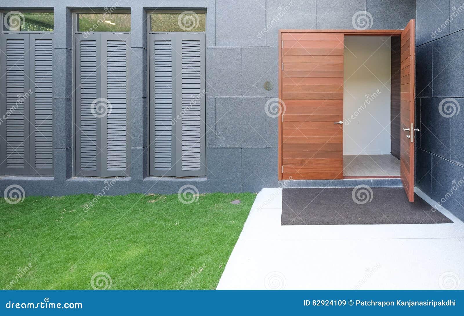 Geöffnete haustür  Geöffnete Haustür Stockfoto - Bild: 82924109