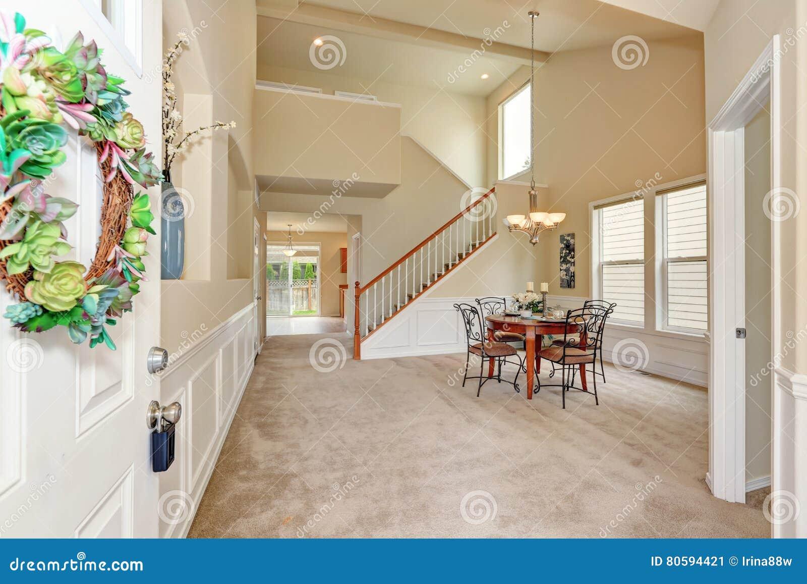 Geöffnete haustür  Geöffnete Haustür Zum Beige Esszimmerinnenraum Der Hohen Decke ...