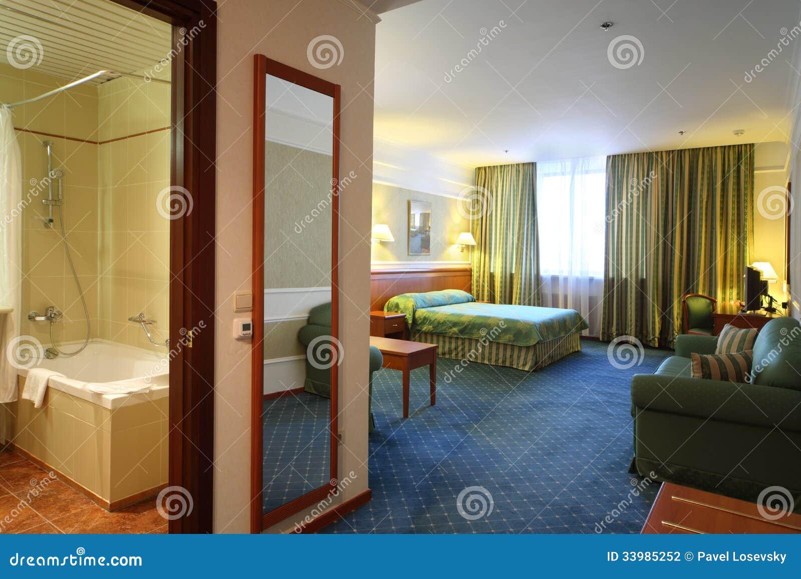 Geöffnete Tür Zum Badezimmer Und Zum Luxuriösen Schlafzimmer ...