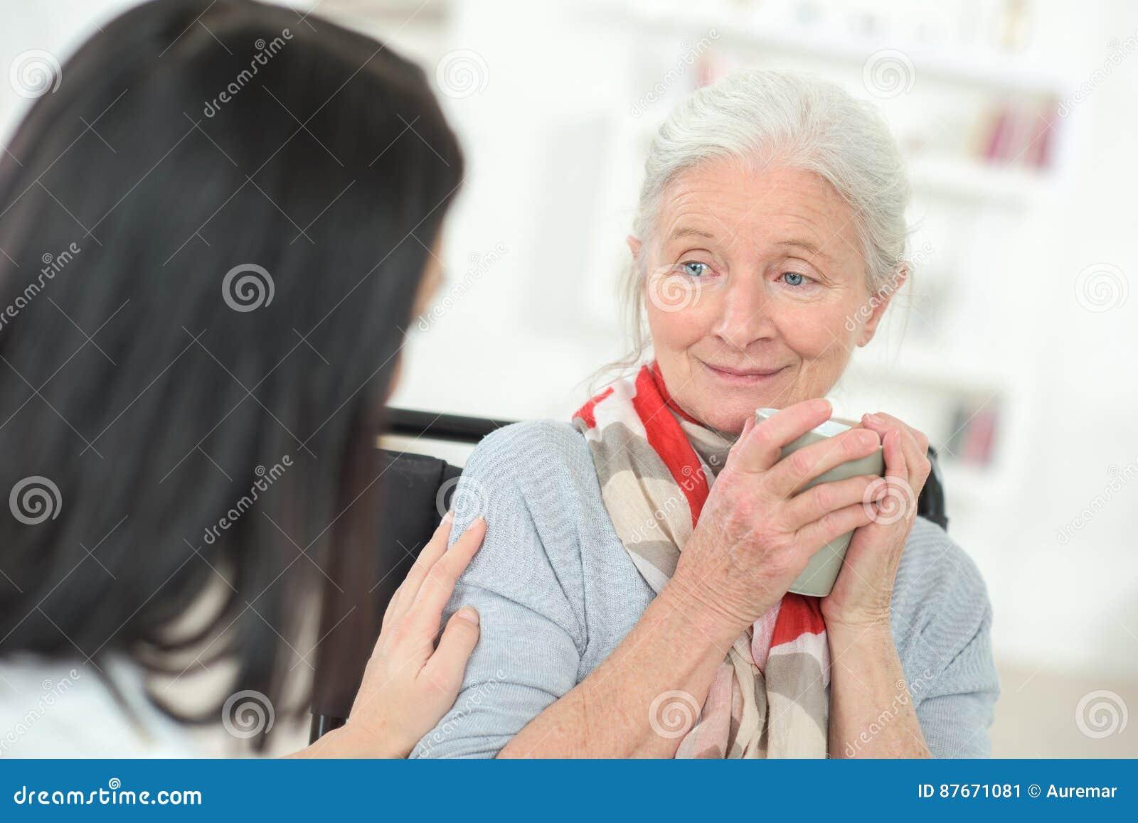 Ge kaffe för gammal dam