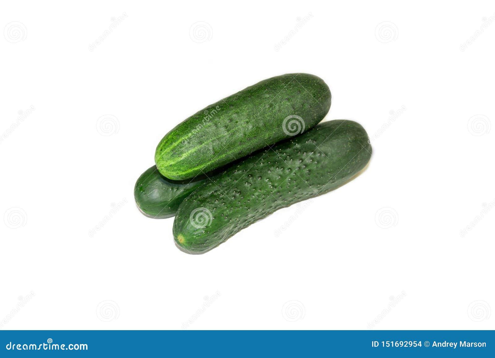 Ge?soleerde komkommer ??n gehele die komkommer op witte achtergrond met het knippen van weg wordt ge?soleerd