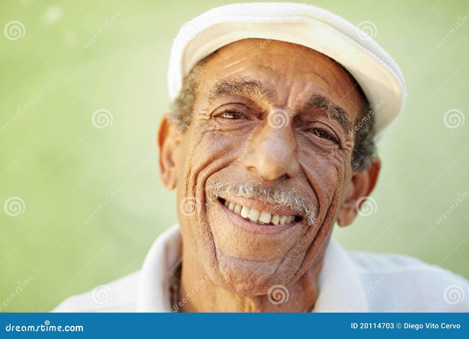 Gealterter Latinomann, der an der Kamera lächelt