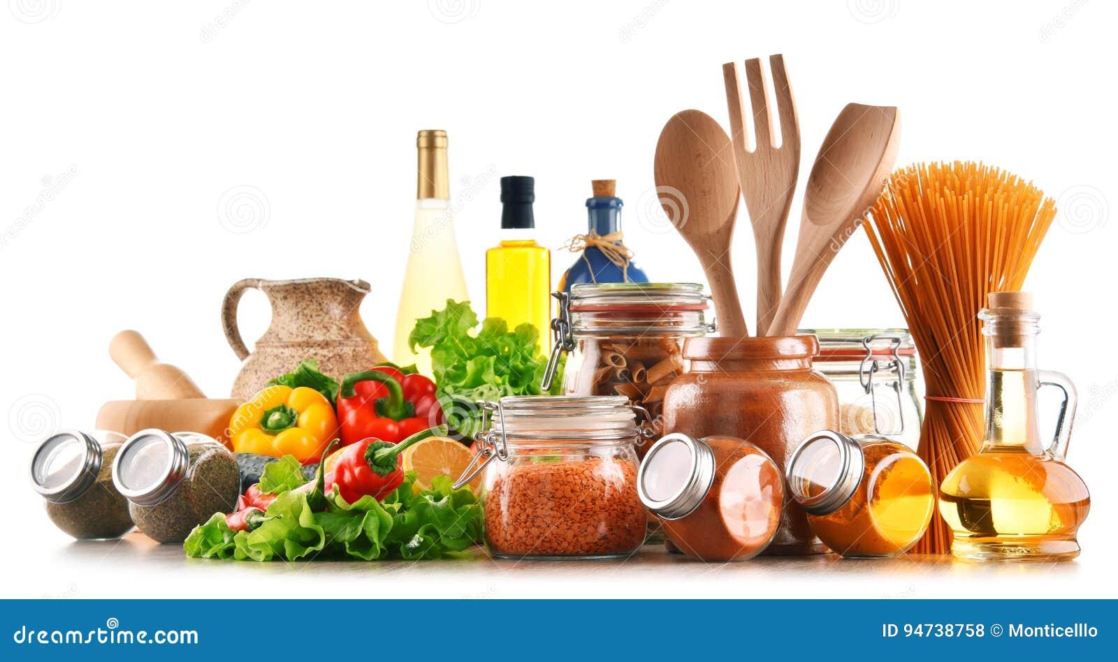 Geassorteerd voedingsmiddelen en keukengerei dat op wit worden geïsoleerd