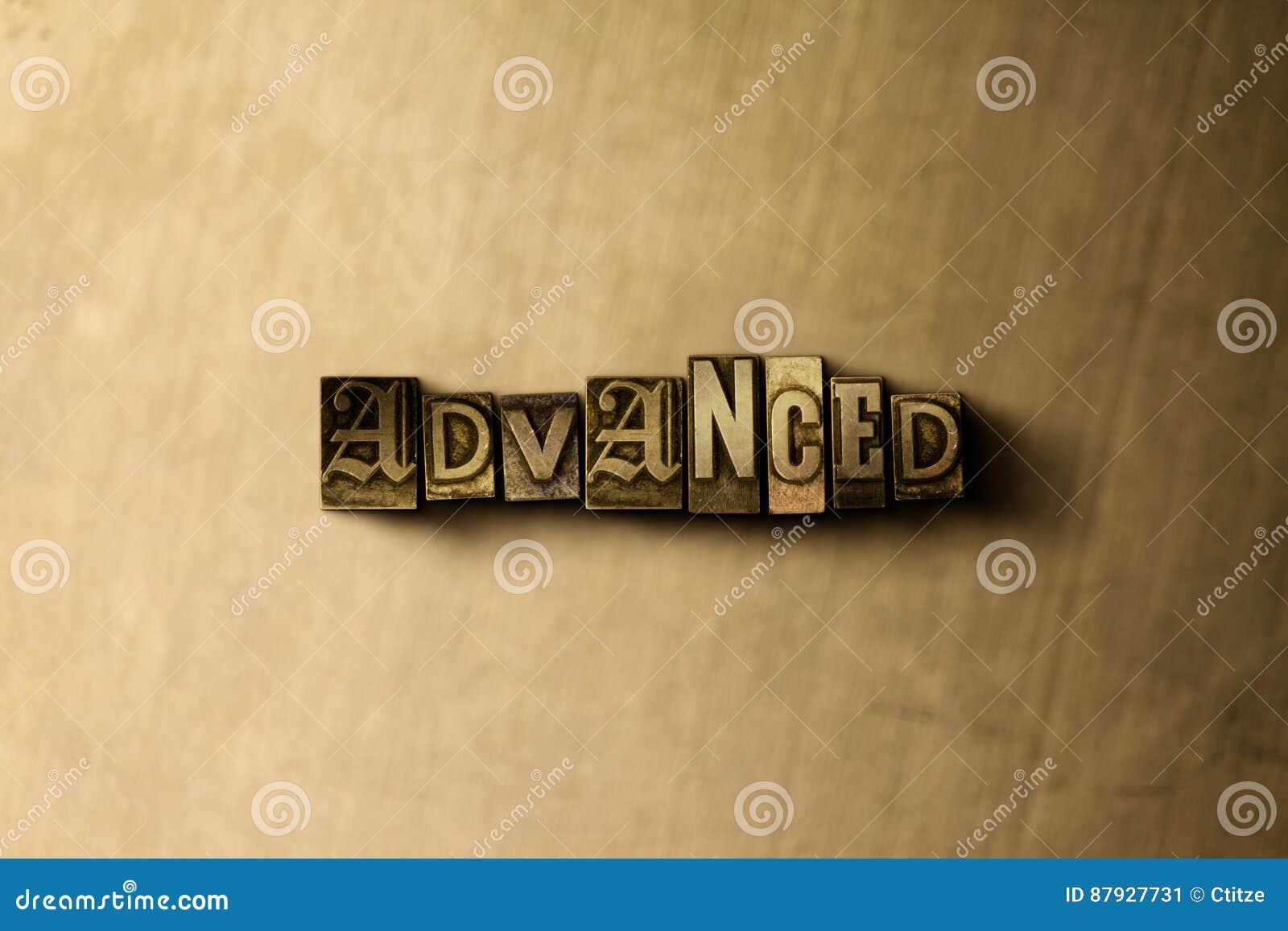 GEAVANCEERD - close-up van grungy wijnoogst gezet woord op metaalachtergrond