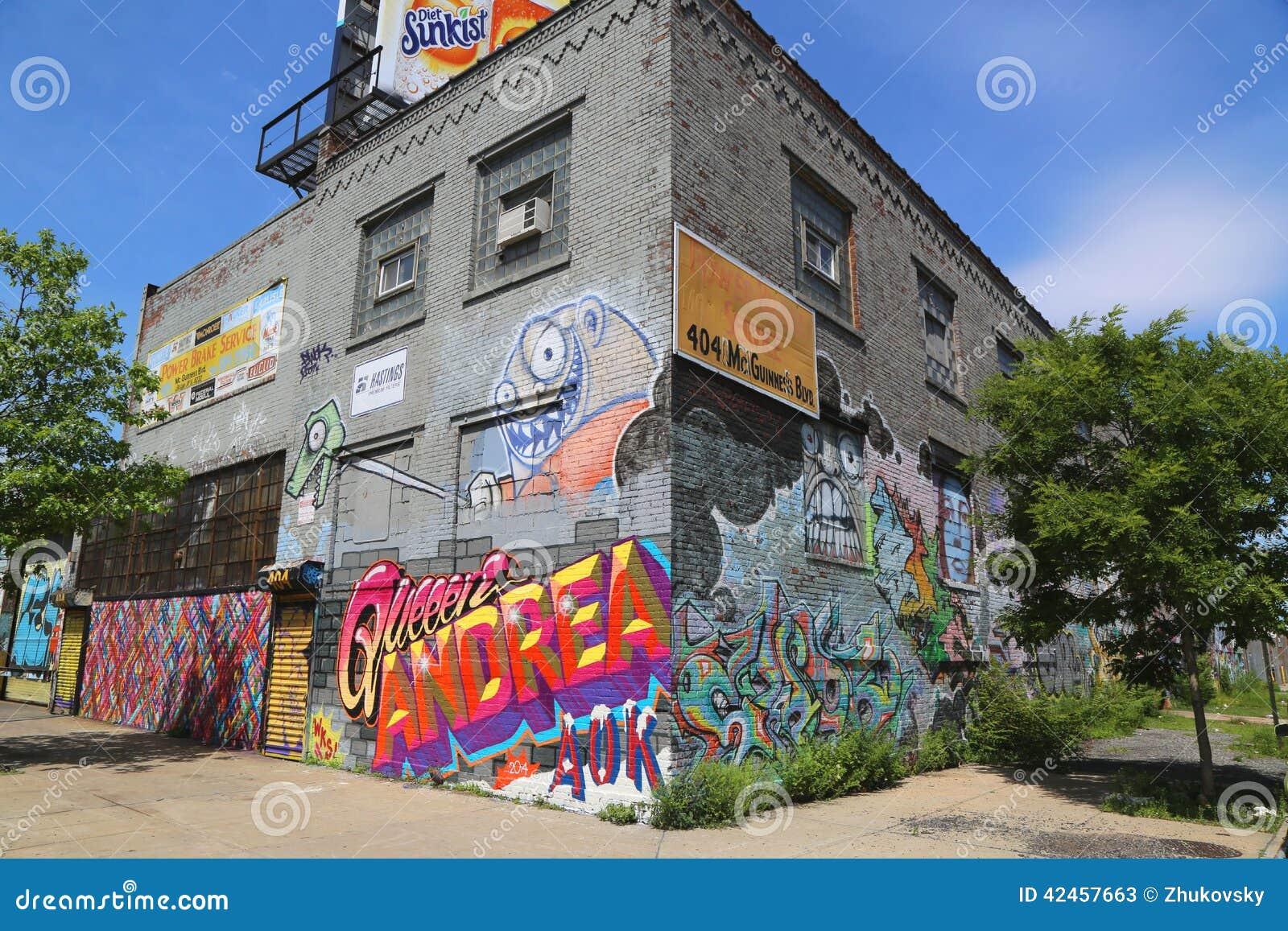Gebäude bedeckt mit Wandgemälden und Graffiti in Williamsburg-Abschnitt in Brooklyn