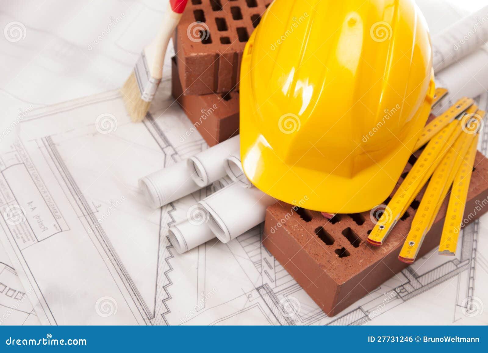 Gebäude und Baugeräte auf weißen Plänen
