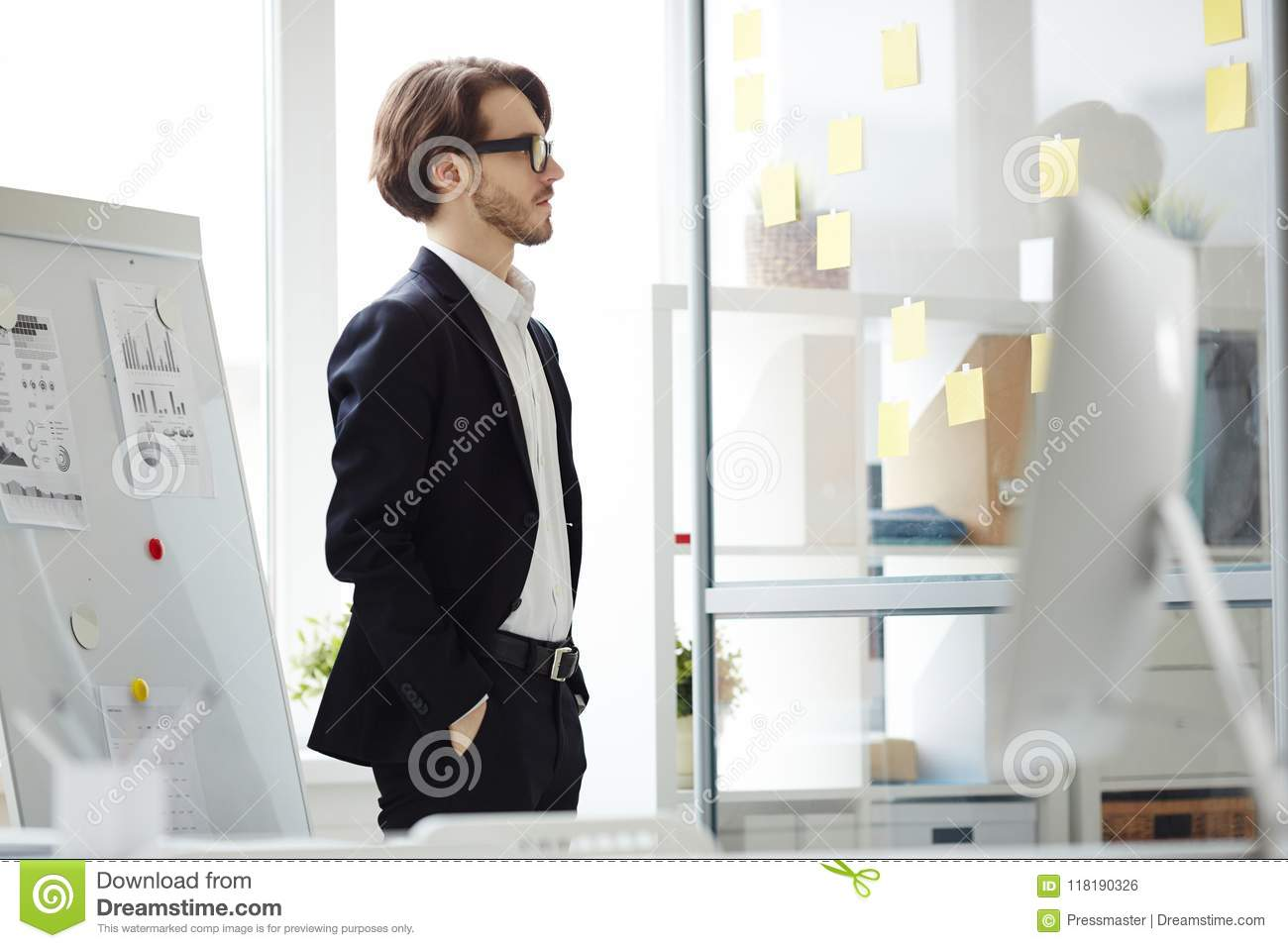 Gebaarde Manager Thinking over Project