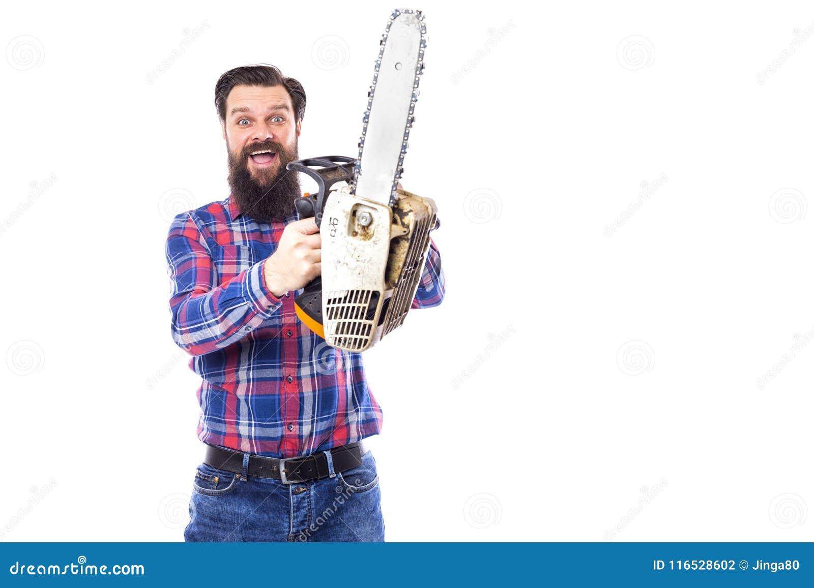 Gebaarde mens die een kettingzaag houden die op een witte achtergrond wordt geïsoleerd
