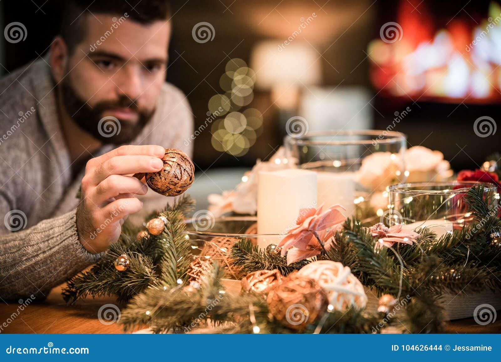 Download Gebaarde Mens Die Kerstmislijst Verfraaien Stock Foto - Afbeelding bestaande uit lichten, ruimte: 104626444