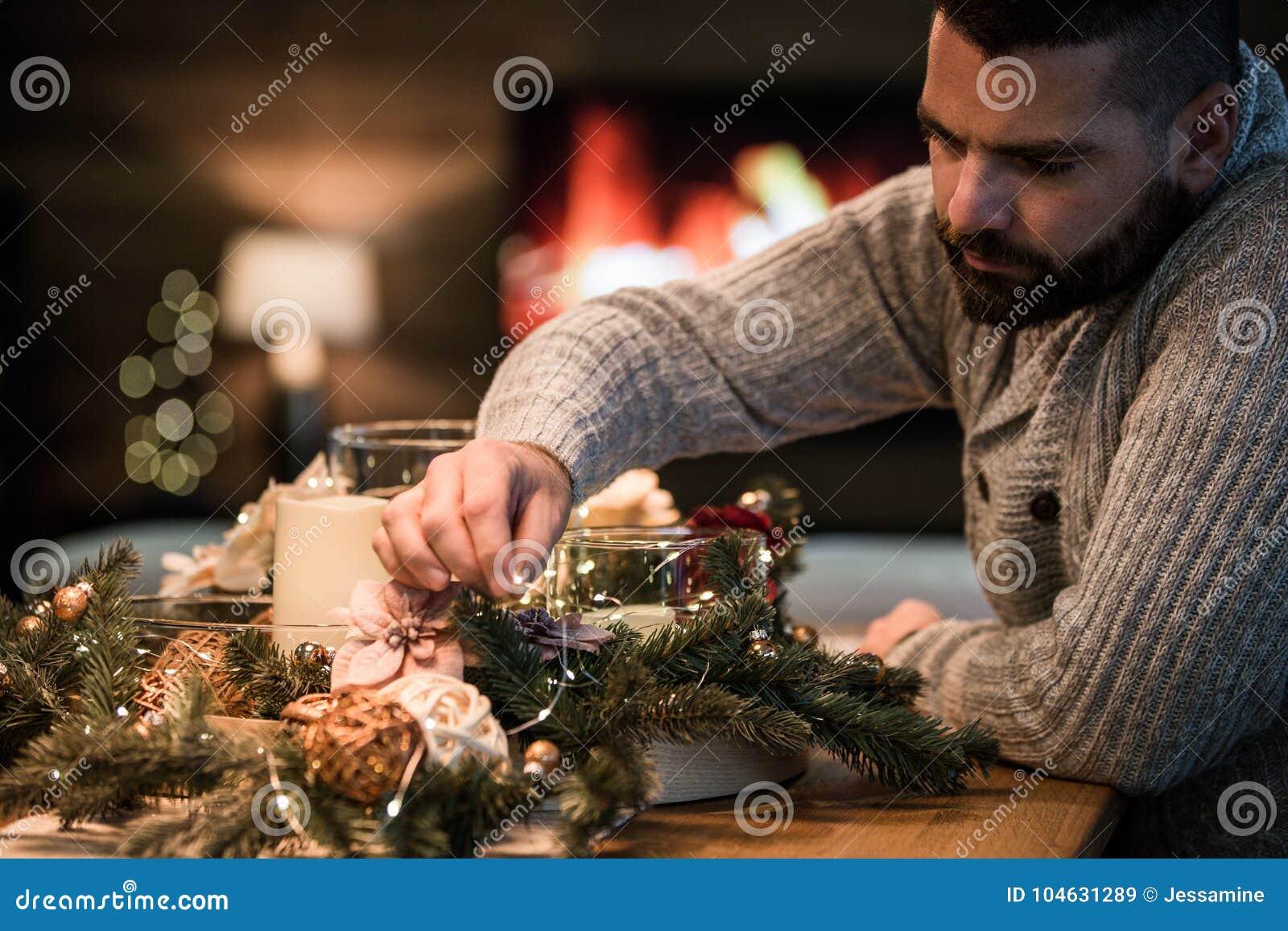 Download Gebaarde Mens Die Kerstmislijst Verfraaien Stock Afbeelding - Afbeelding bestaande uit alleen, fireplace: 104631289