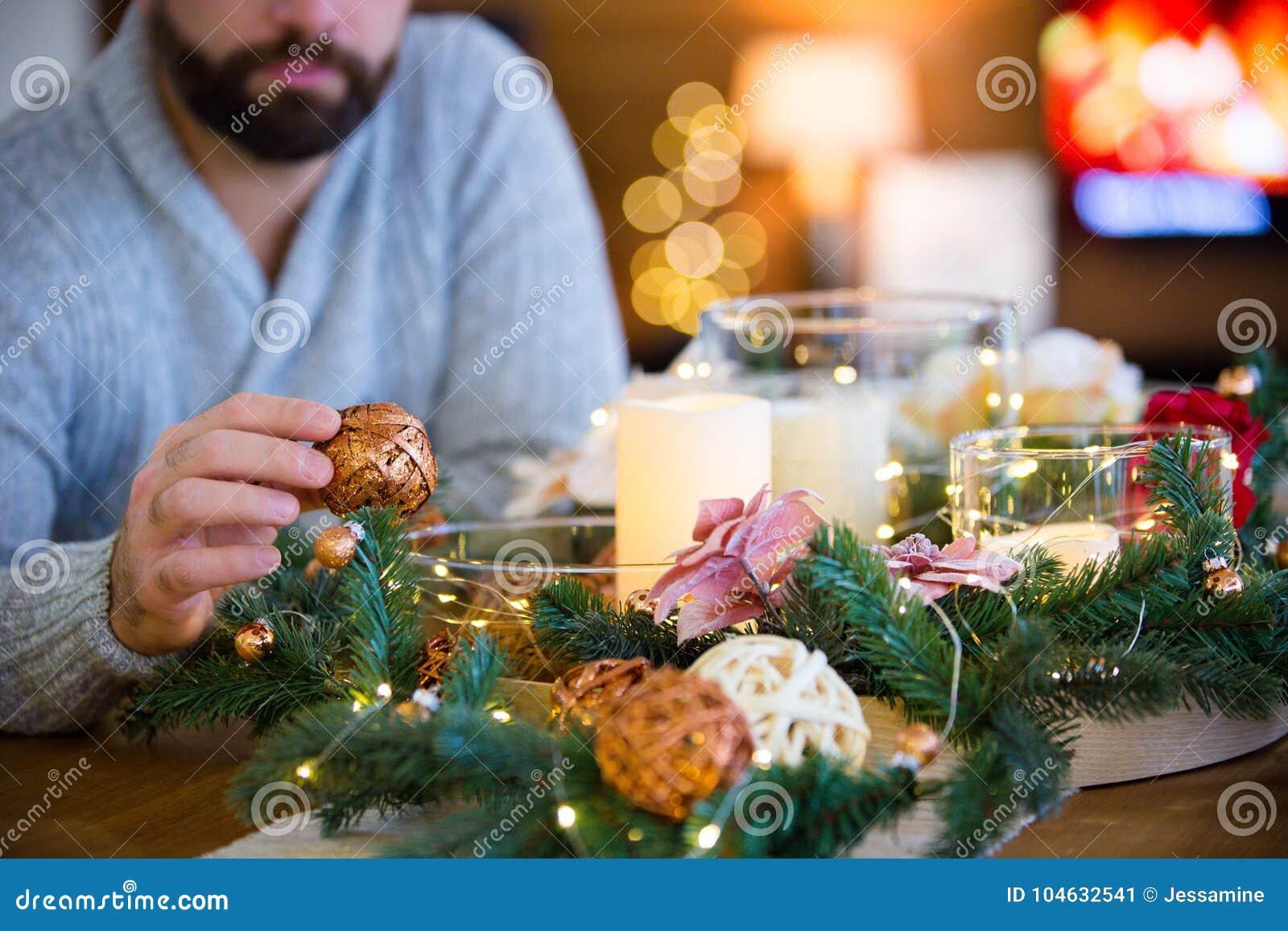 Download Gebaarde Mens Die Kerstmislijst Verfraaien Stock Afbeelding - Afbeelding bestaande uit fireplace, decorating: 104632541