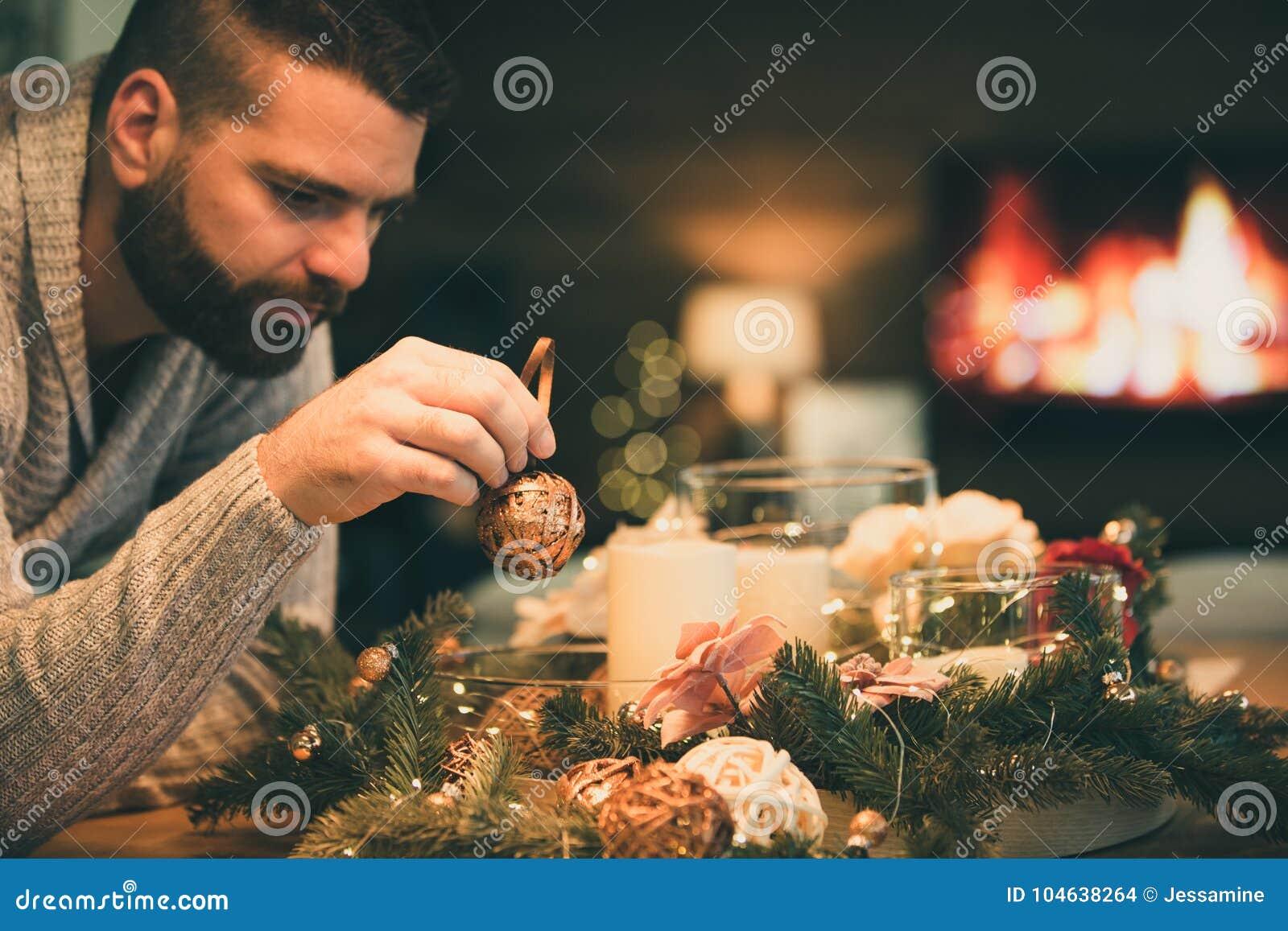Download Gebaarde Mens Die Kerstmislijst Verfraaien Stock Foto - Afbeelding bestaande uit mens, ruimte: 104638264