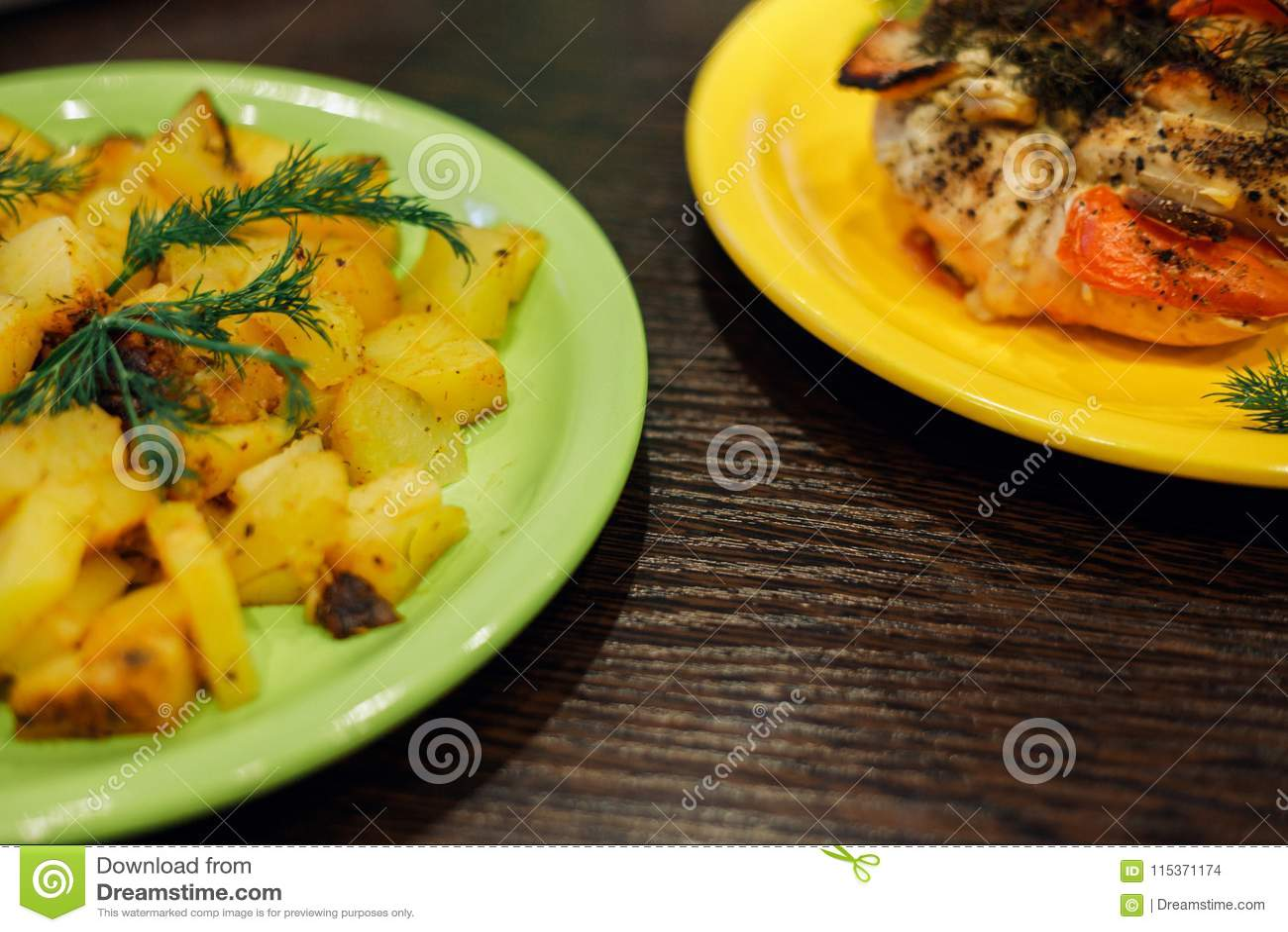 Gebacken mit der Tomatenhühnerbrust und den gebratenen Kartoffeln