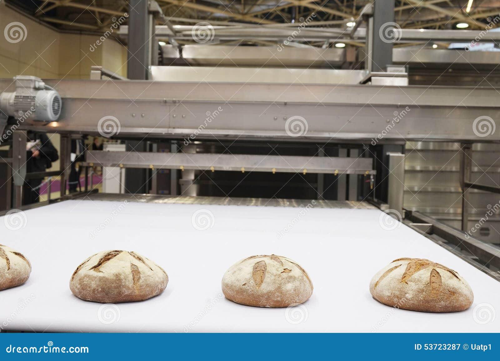 Gebackene Brote auf Fertigungsstraße