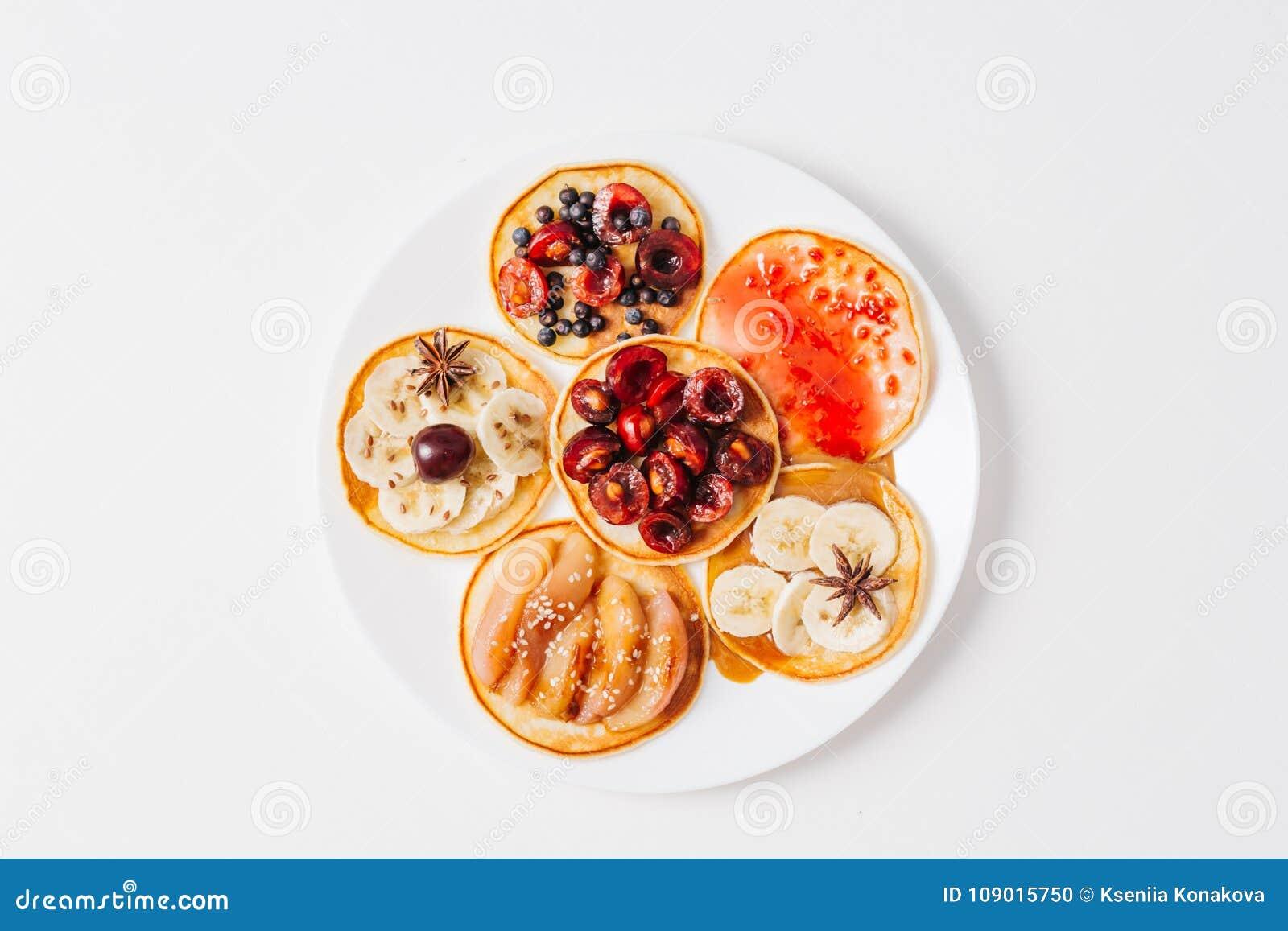Gebackene Pfannkuchen oder selbst gemachte Kuchen Auf die Oberseite wird mit Beeren, Früchten, Honig und Stau auf rustikalem Hint