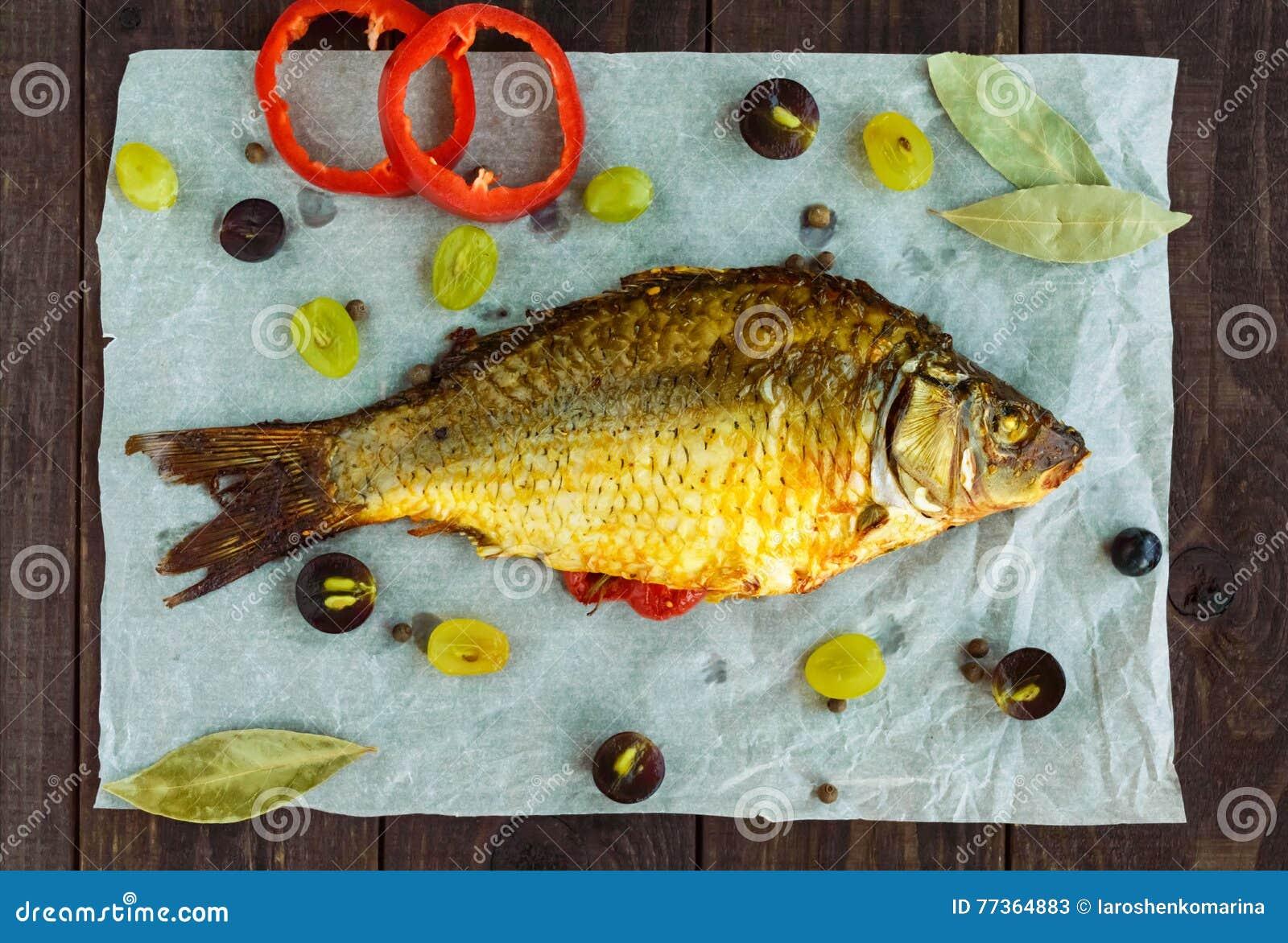 Gebackener Fischkarpfen, angefüllter grüner Pfeffer und Trauben
