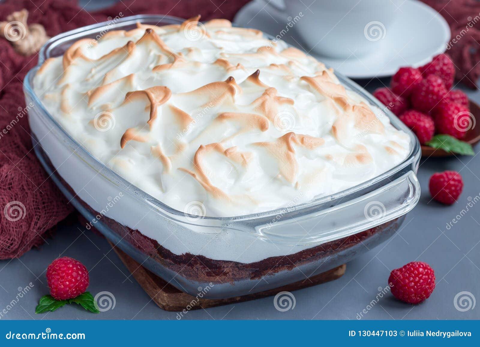 Gebackenes Alaska mit Schokoladenschwammkuchen, Himbeereiscreme und