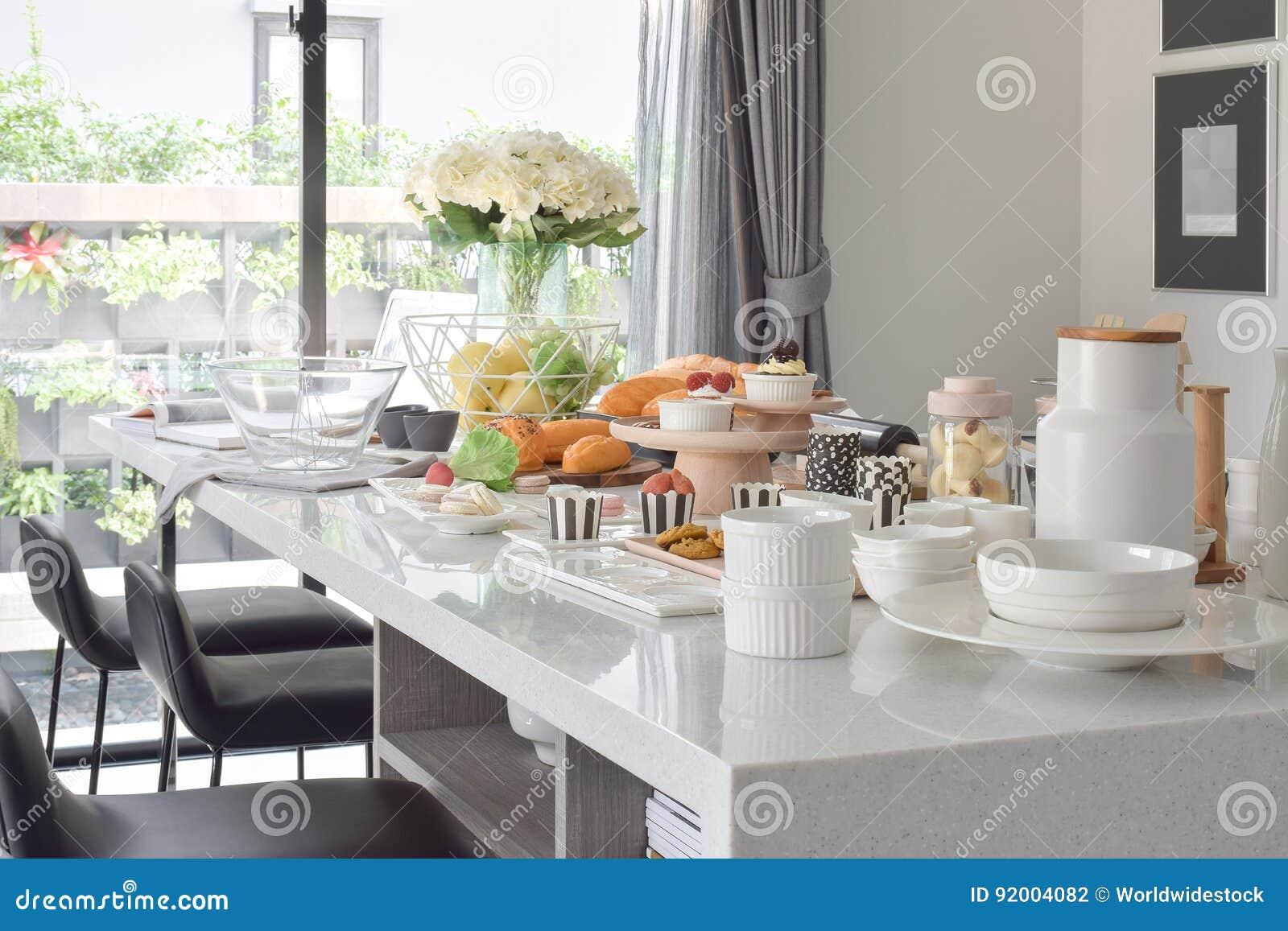 Moderne Witte Eettafel.Gebakje Op De Witte Kunstmatige Steen Hoogste Eettafel In