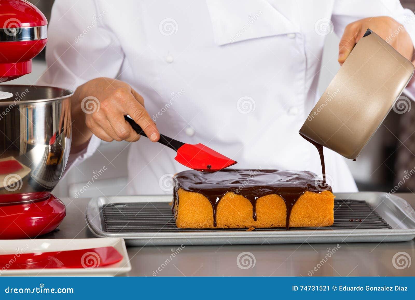 Gebakjechef-kok in de keuken