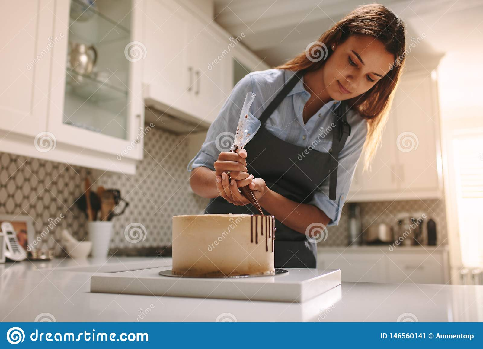 Gebakjechef-kok die een cake maken