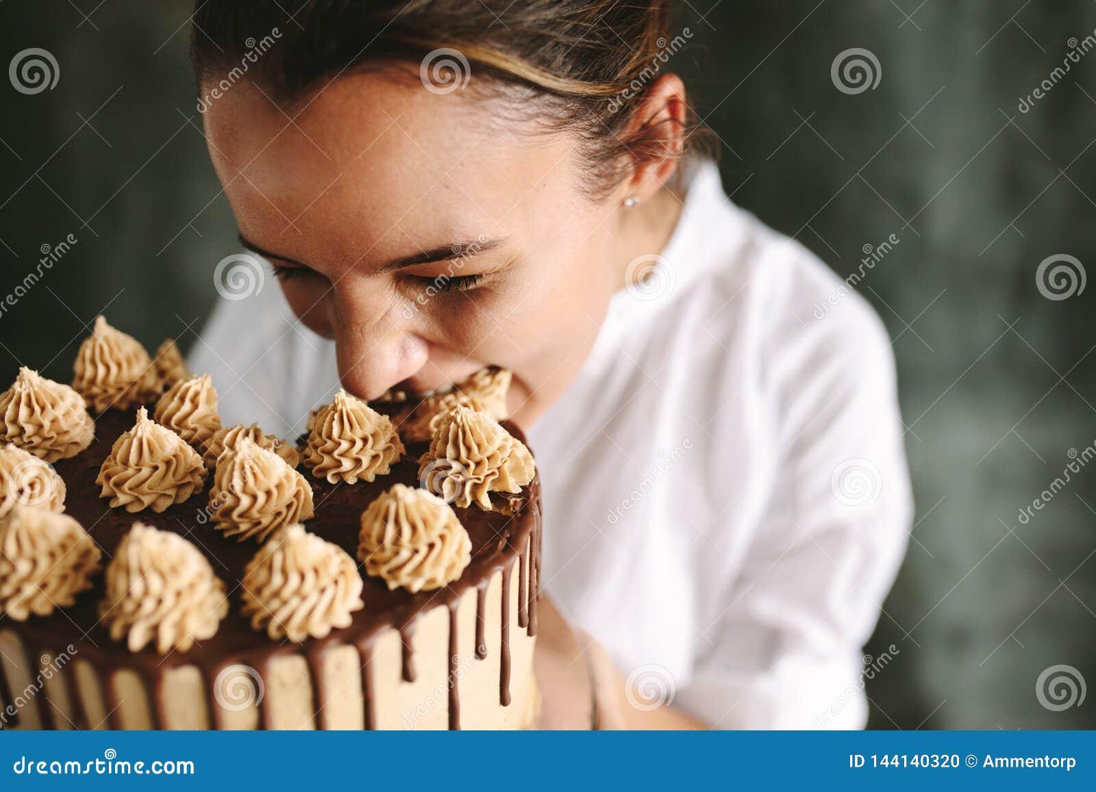Gebakjechef-kok die gehele cake eten