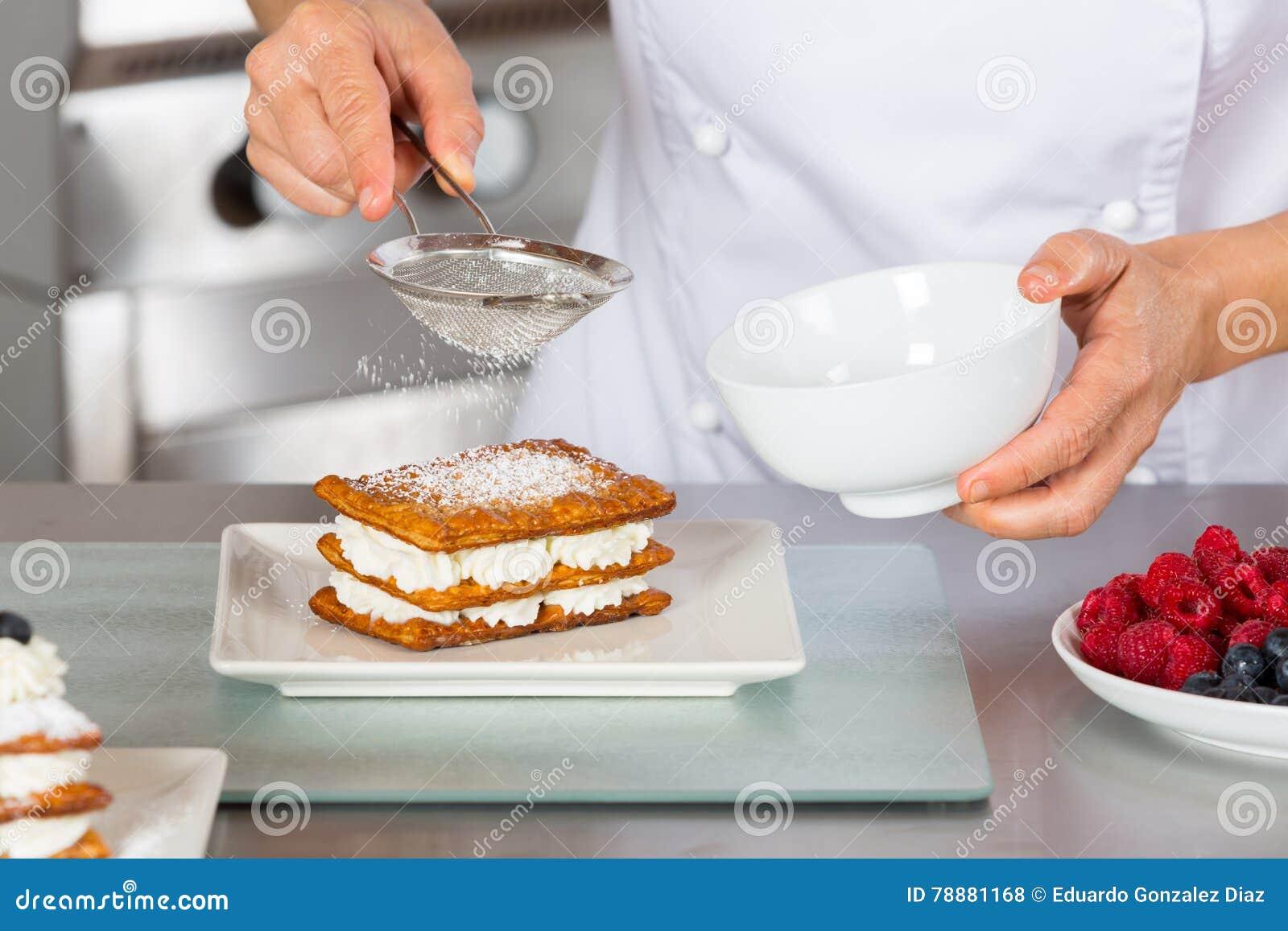 Gebakjechef-kok het verfraaien