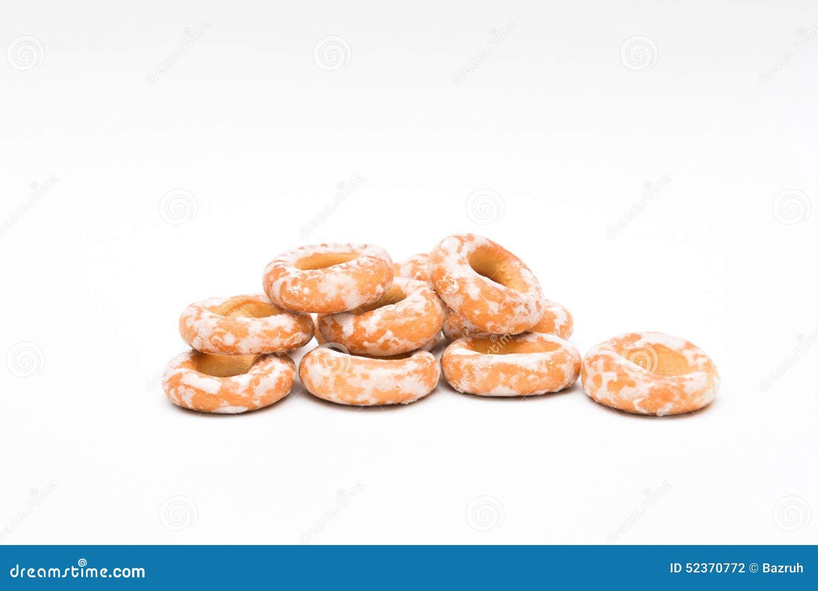 Gebakjes, ongezuurde broodjes in suiker op witte achtergrond