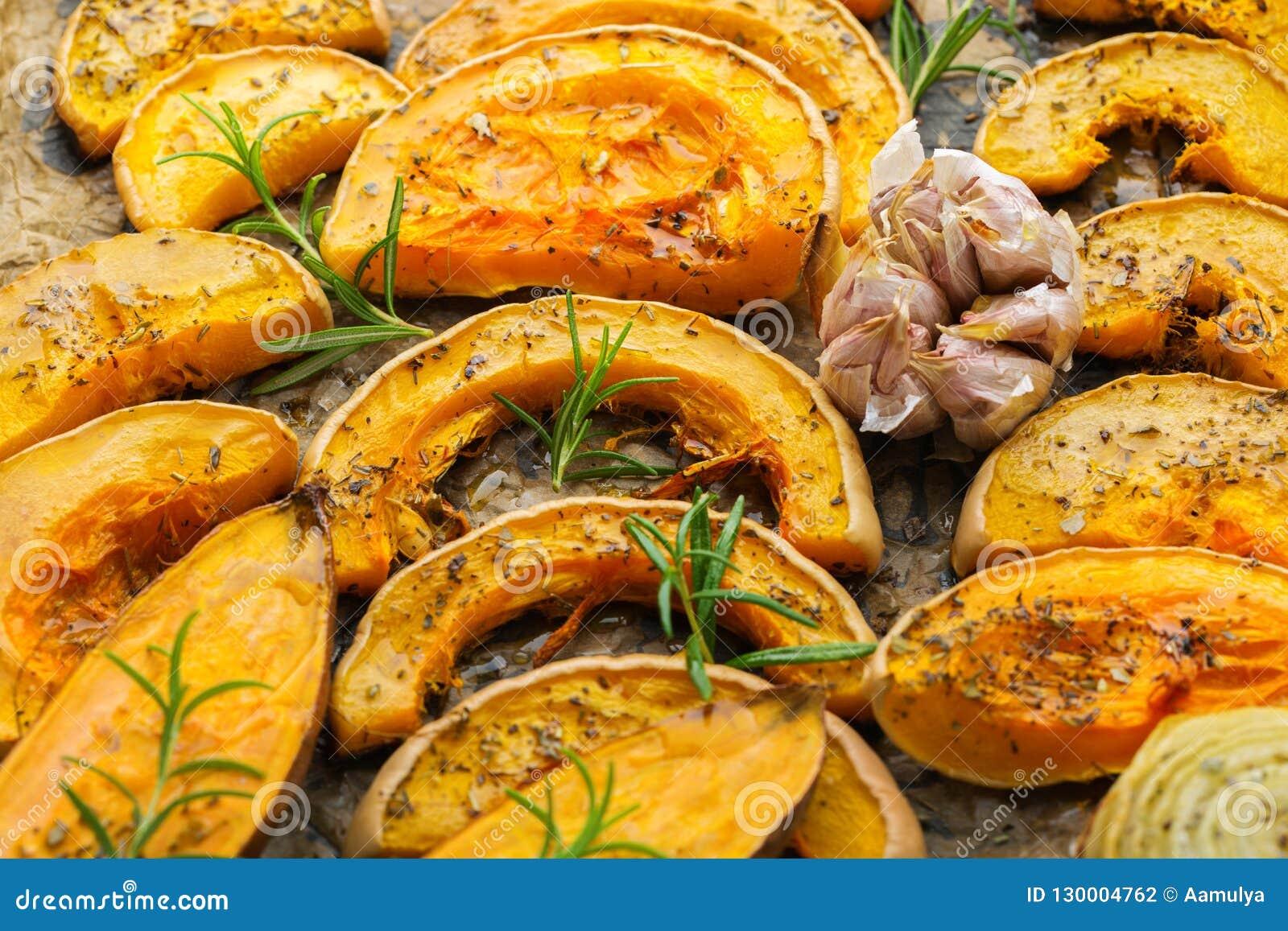 Gebakken geroosterde geroosterde oranje pompoen butternut pompoen en bataat
