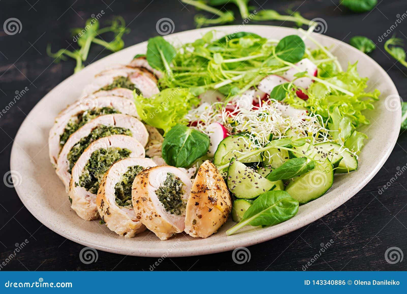 Gebakken kippenbroodjes met spinazie en kaas op plaat Gezonde Lunch