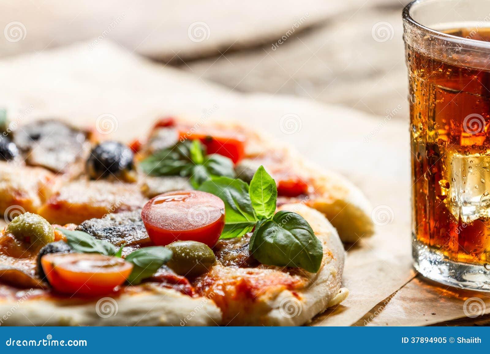 Gebakken pizza en gediend met koude drank