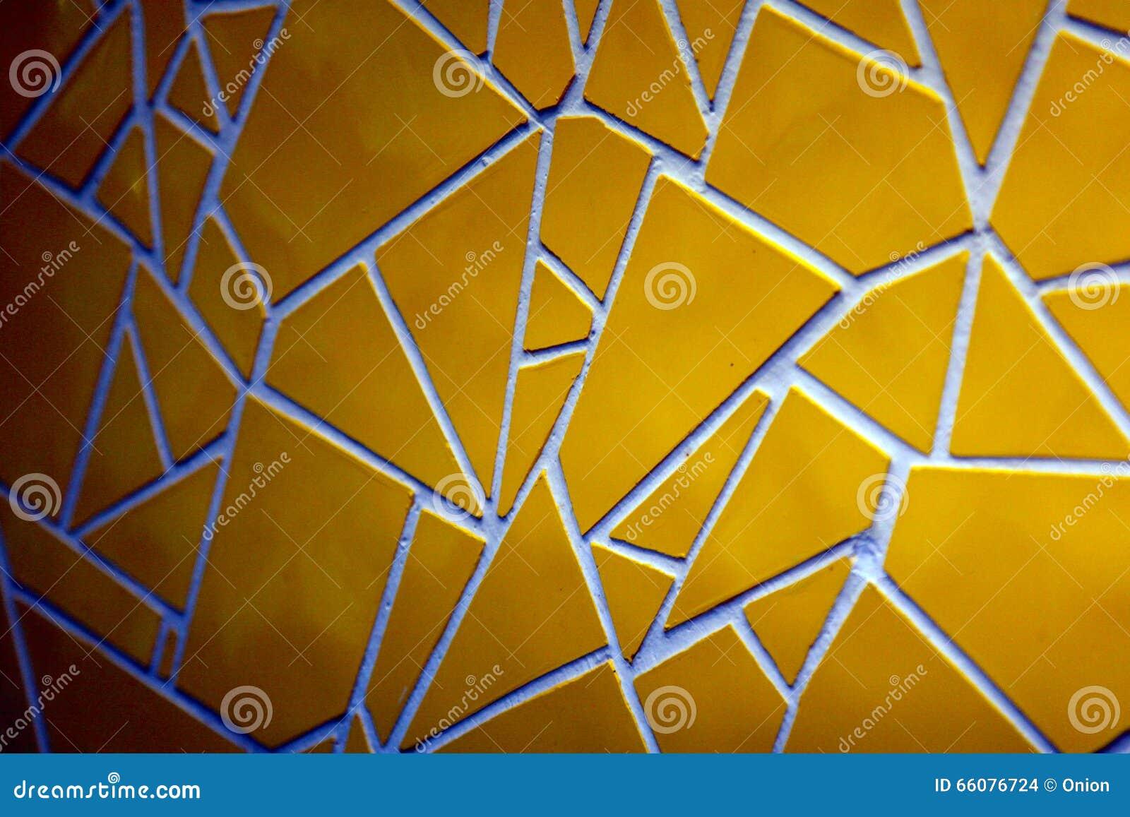 Gebarsten gele tegels