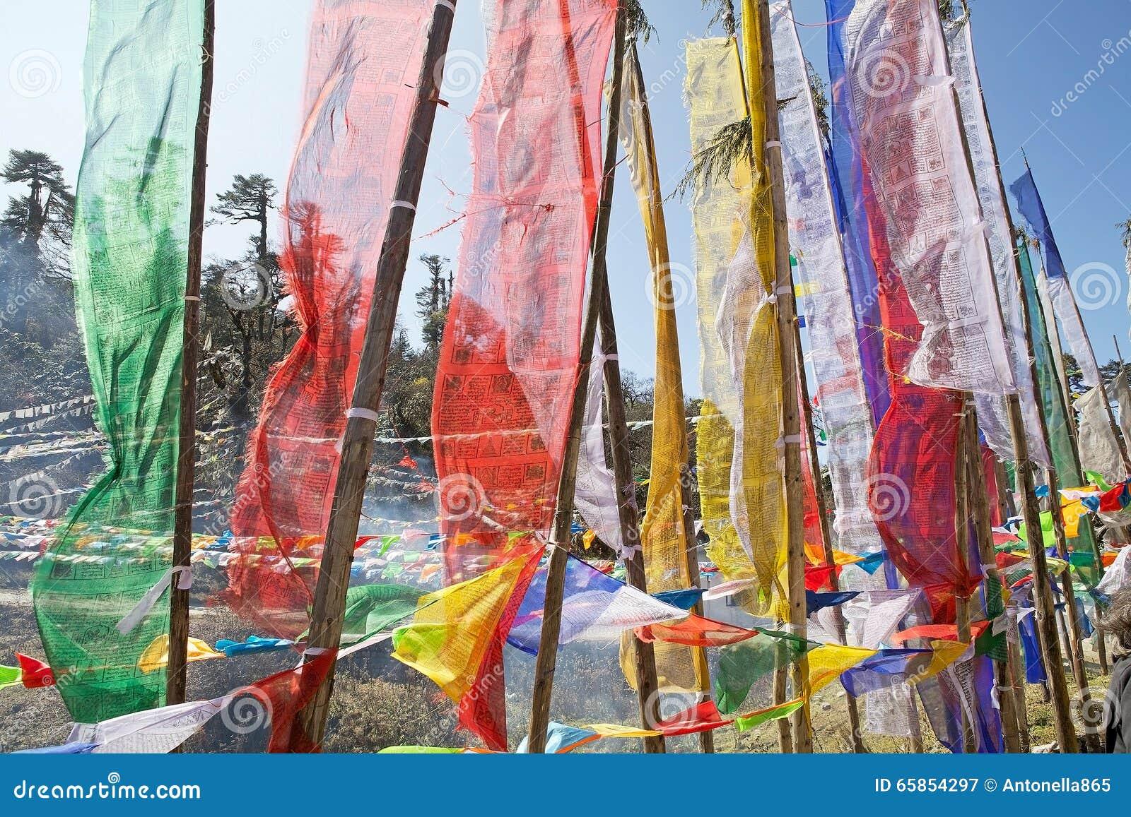 Gebedvlaggen bij de Yutong-Pas van La, Bhutan