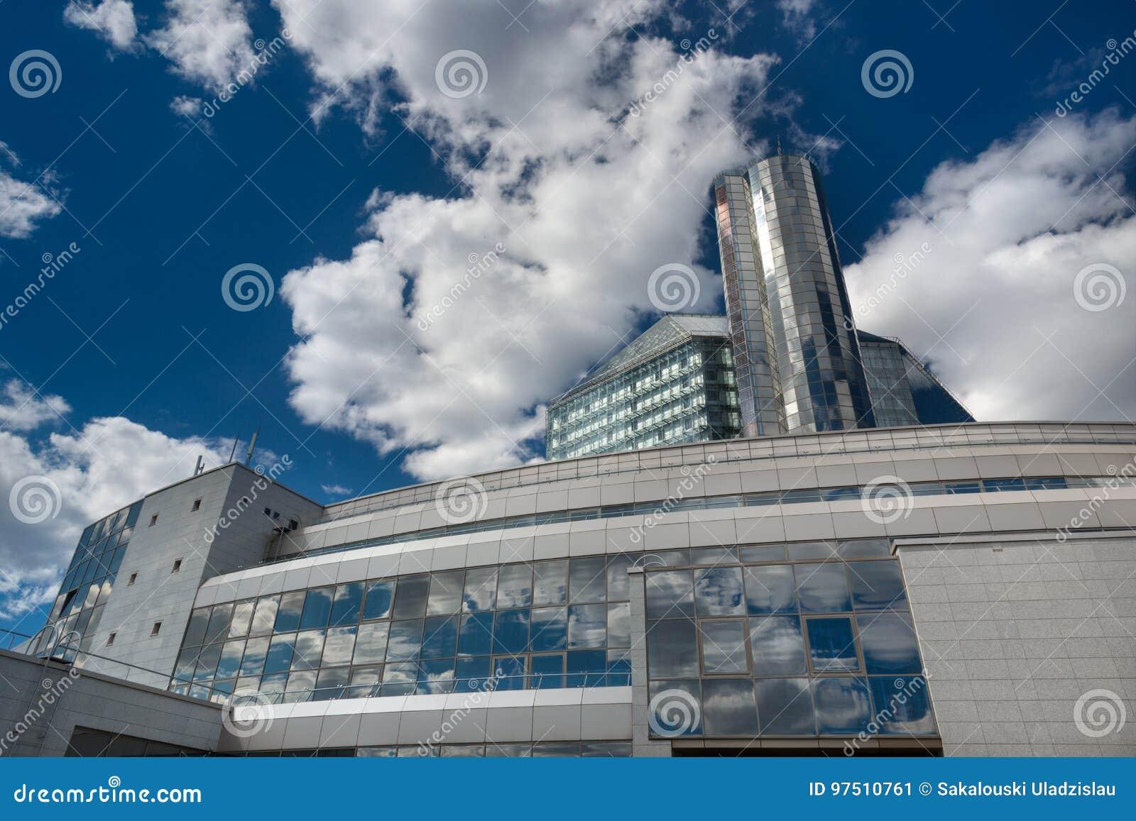 Geben Sie Institution ` Nationalbibliothek von Weißrussland-`, von futuristischer hinterer Ansicht mit Reflexionen des blauen Him