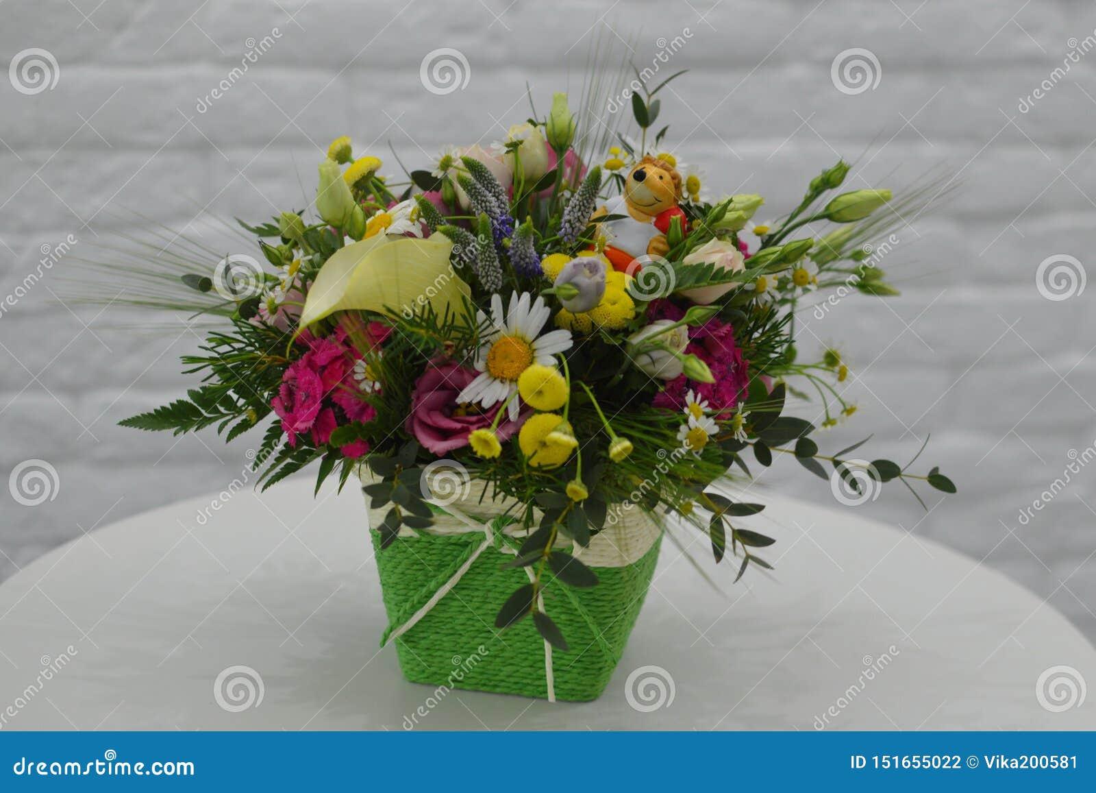 Gebiedsboeket van wilde bloemen in een doos