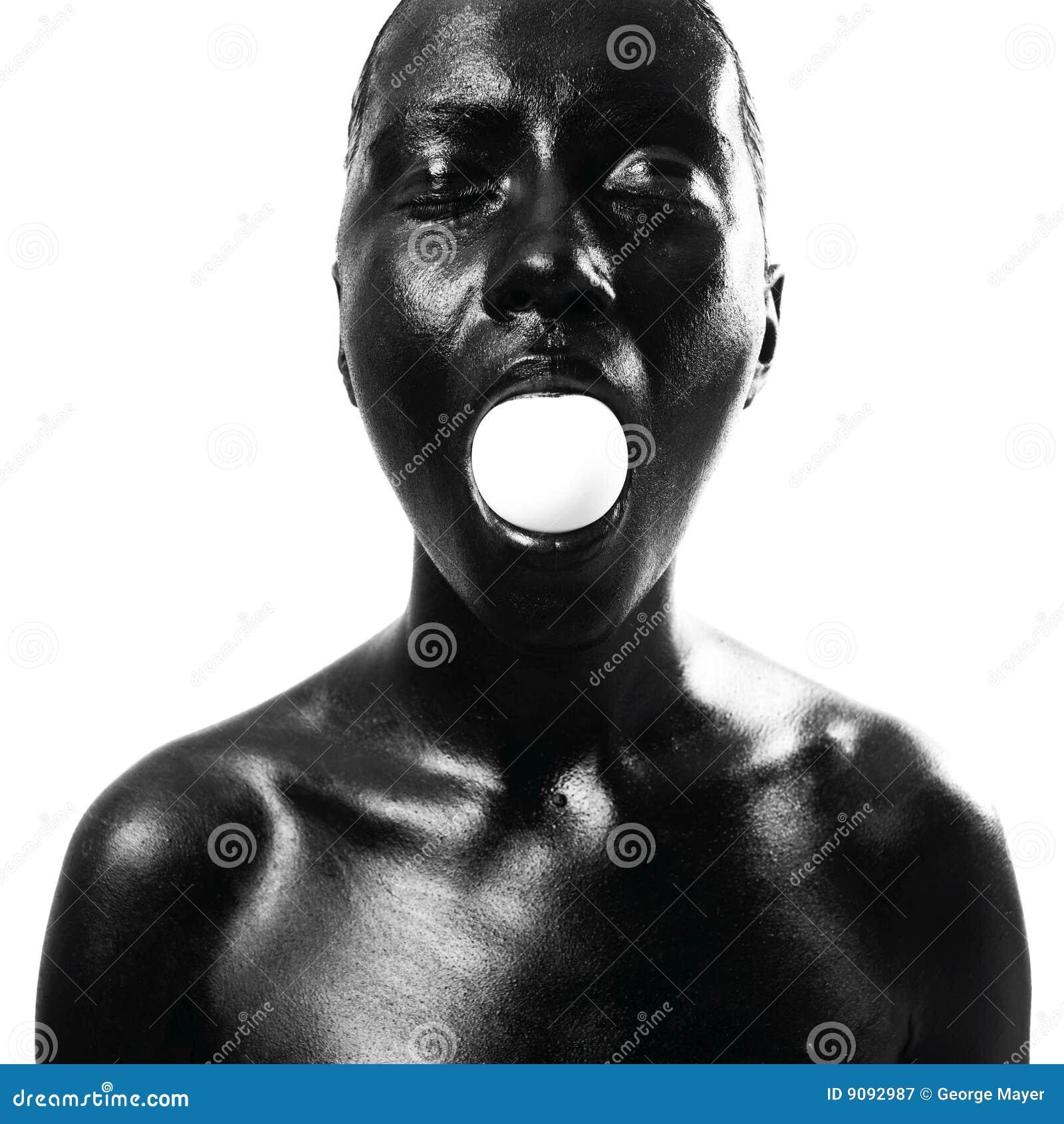 Gebildete schwarze Frau mit Ei