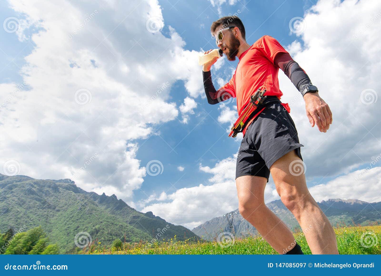 Gebirgsläufer erhält Seide und steht während der Ausdauer still