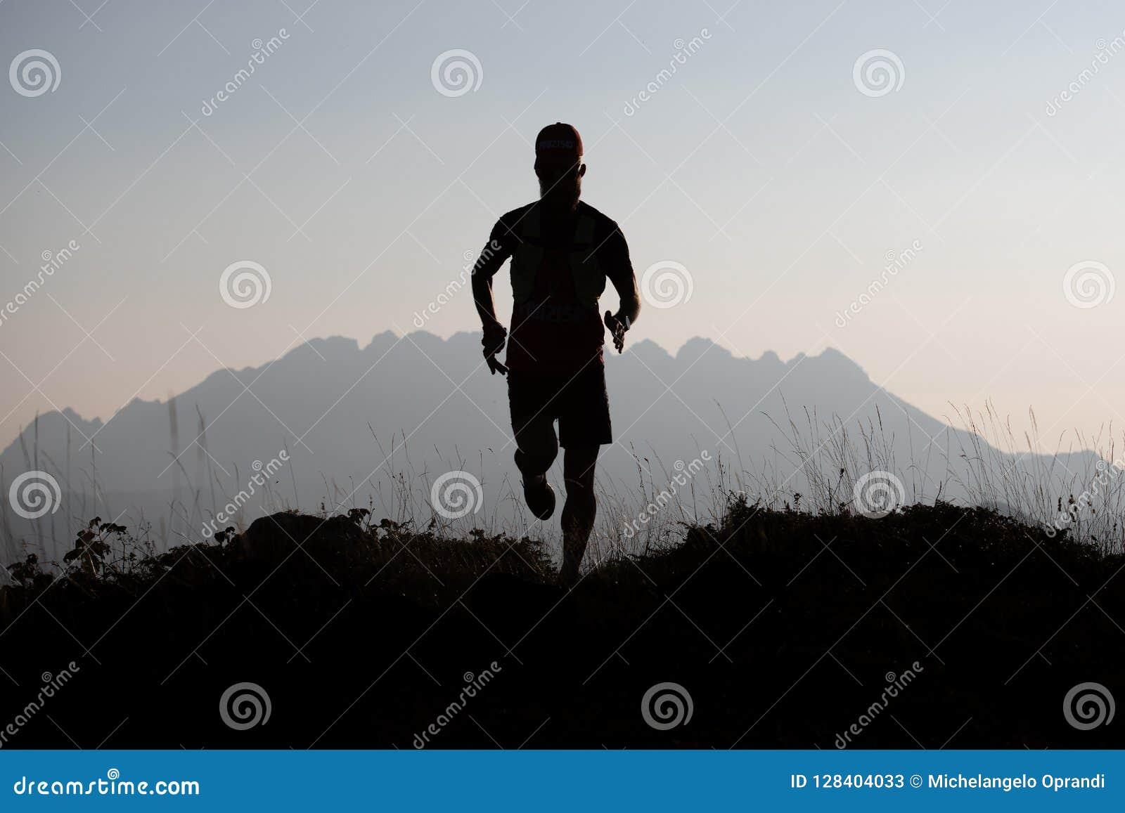 Gebirgsläufer im Schattenbild in einer andeutenden Landschaft