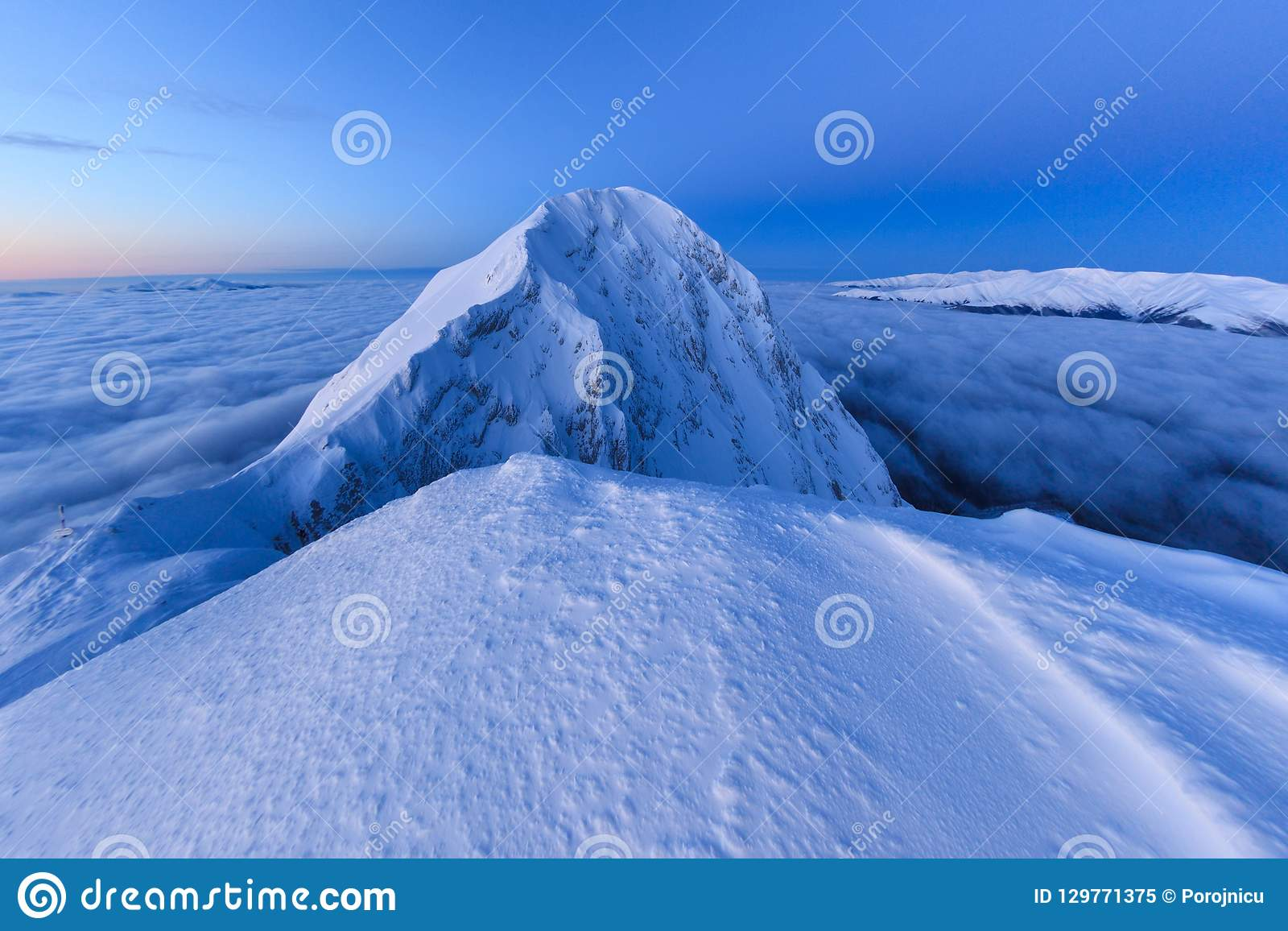Gebirgsspitze im Winter