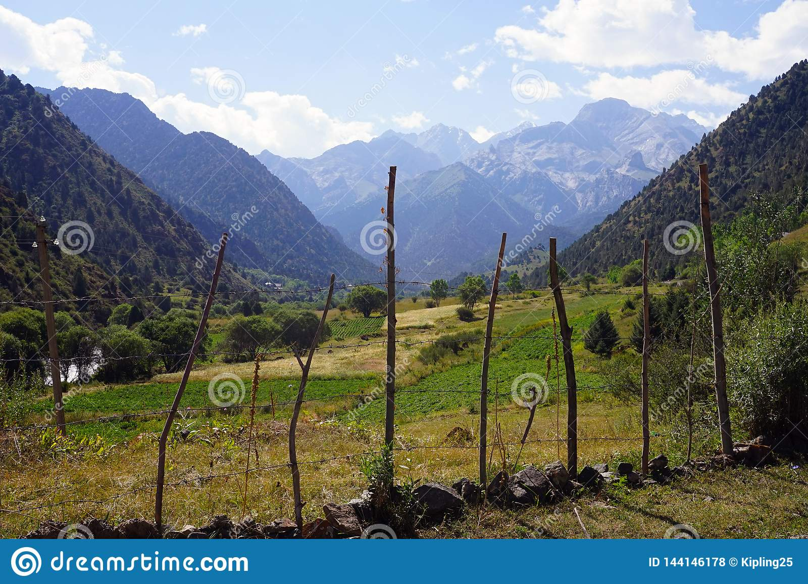 Gebirgstal nahe Kyrgyz Ata National Park, Kirgisistan