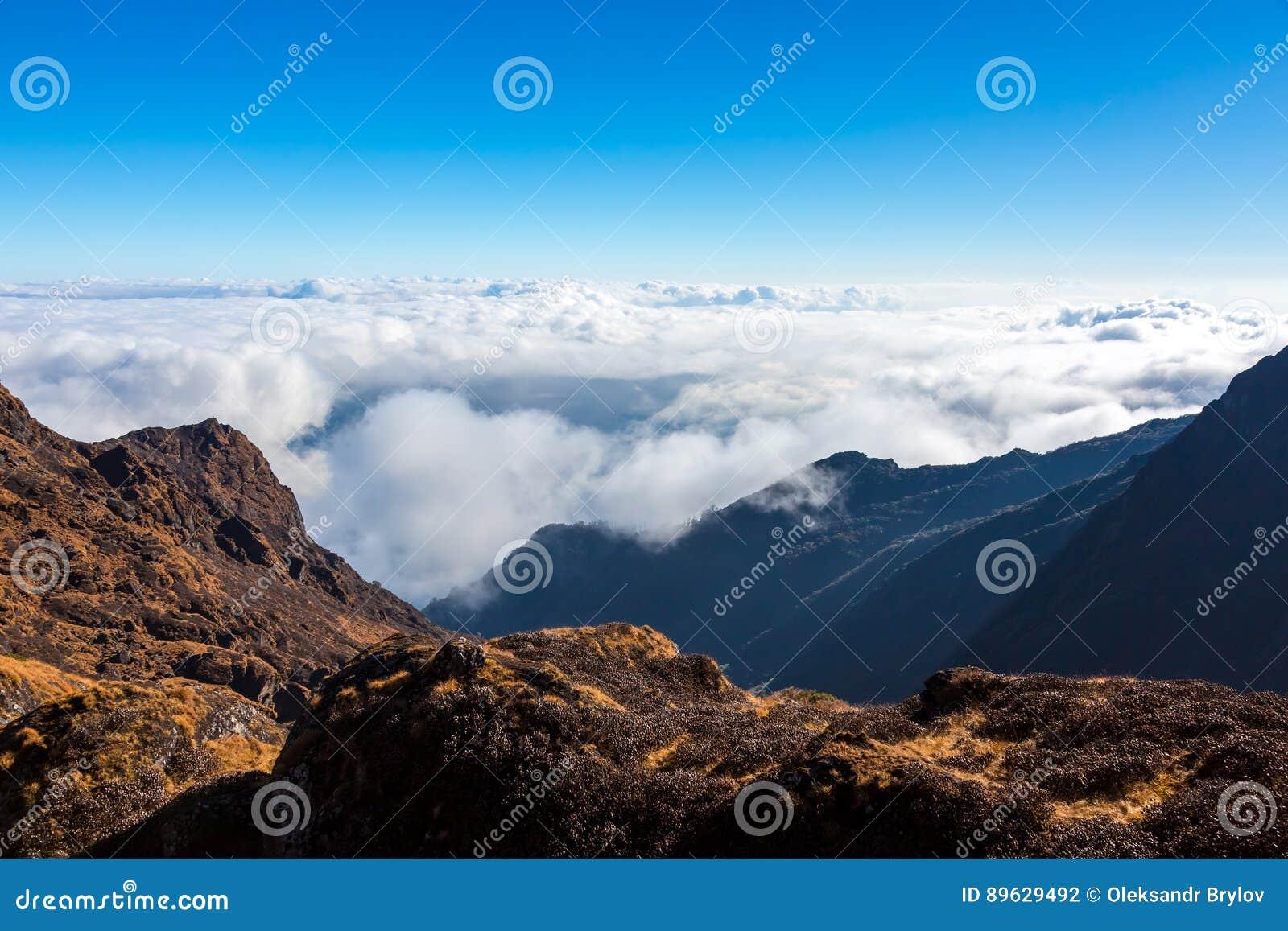Gebirgstal und Schicht Wolken unten