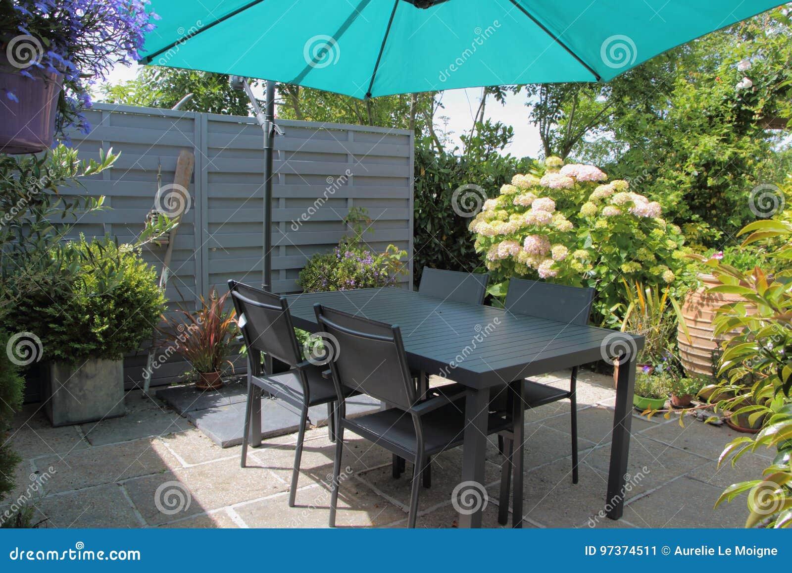 Geblühte Terrasse Mit Gartenmöbeln Stockbild Bild Von Blume