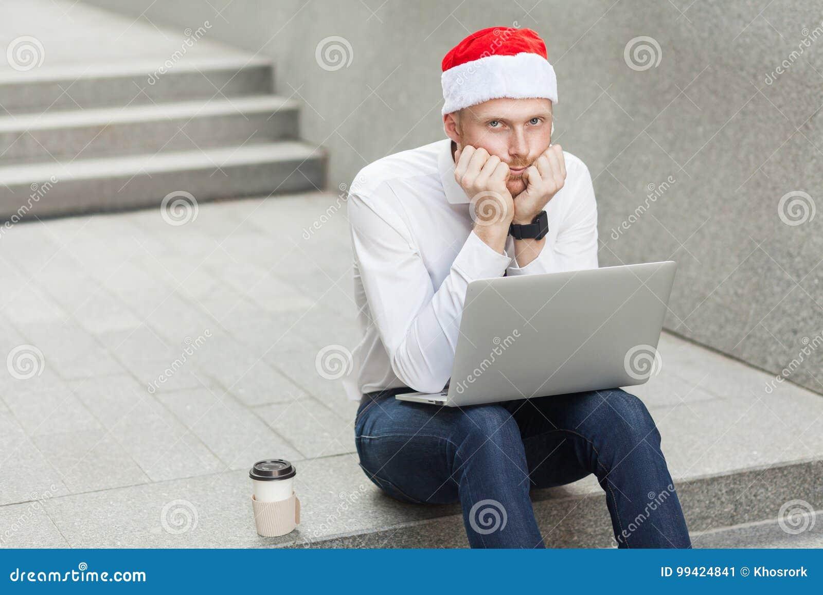 Gebohrter und unglücklicher Ingwergeschäftsmann, der auf Treppe und Traurigkeit sitzt