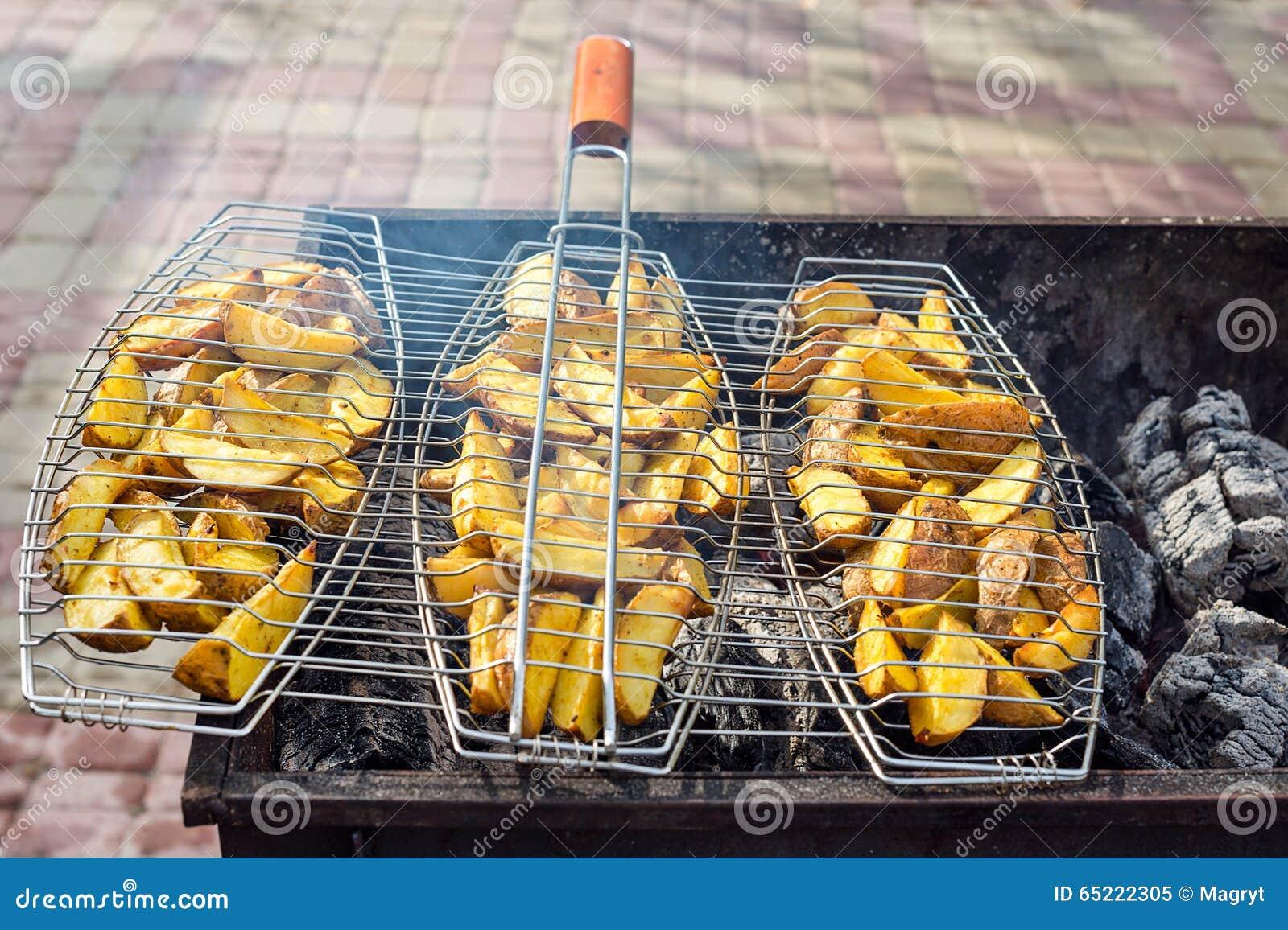Gebraden aardappels bij de grill In openlucht barbecueweekend