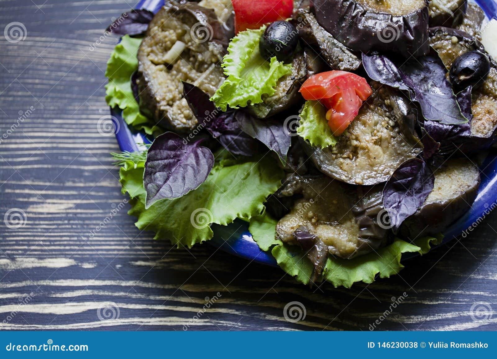 Gebraden aubergine met verse salade en kruiden