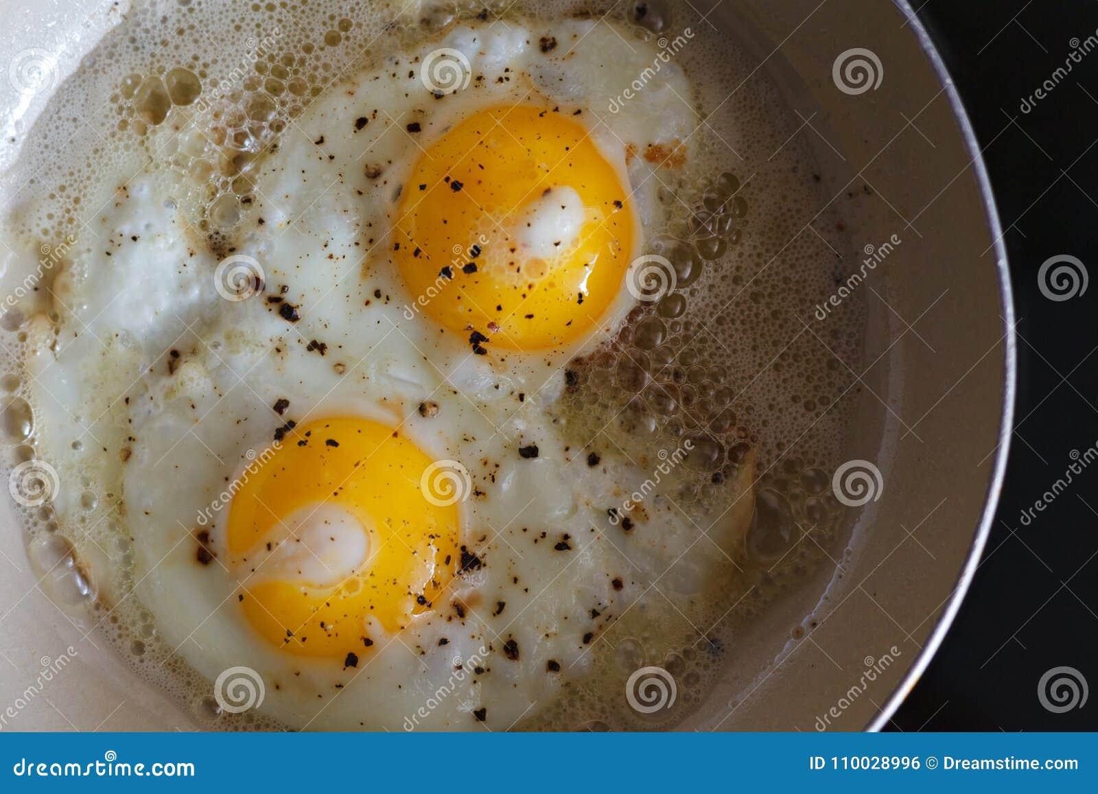 Gebraden eieren van 2 eieren in een pan Hete Zonnige schotel